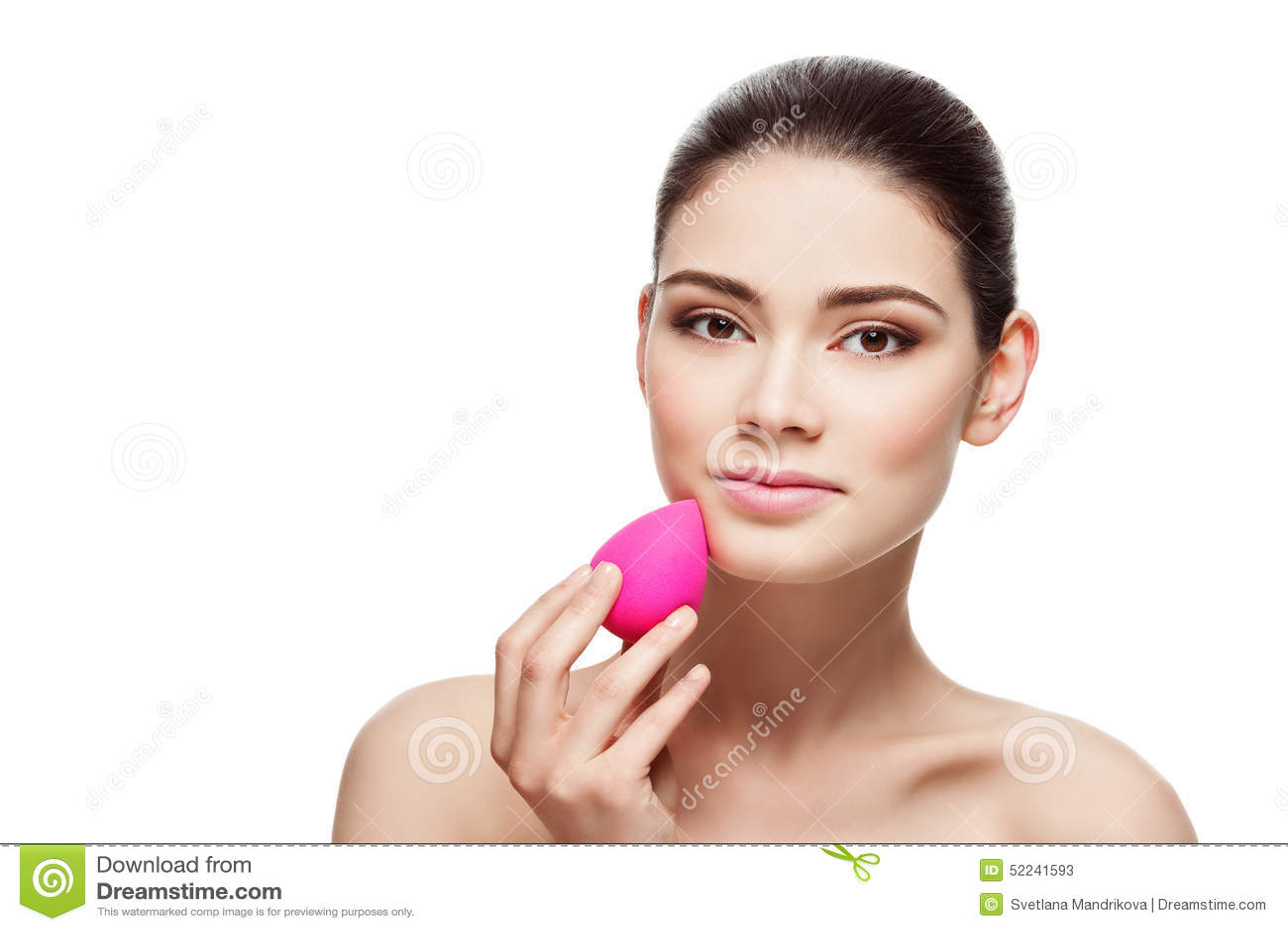 Κορίτσι με το σφουγγάρι μπλέντερ ομορφιάς