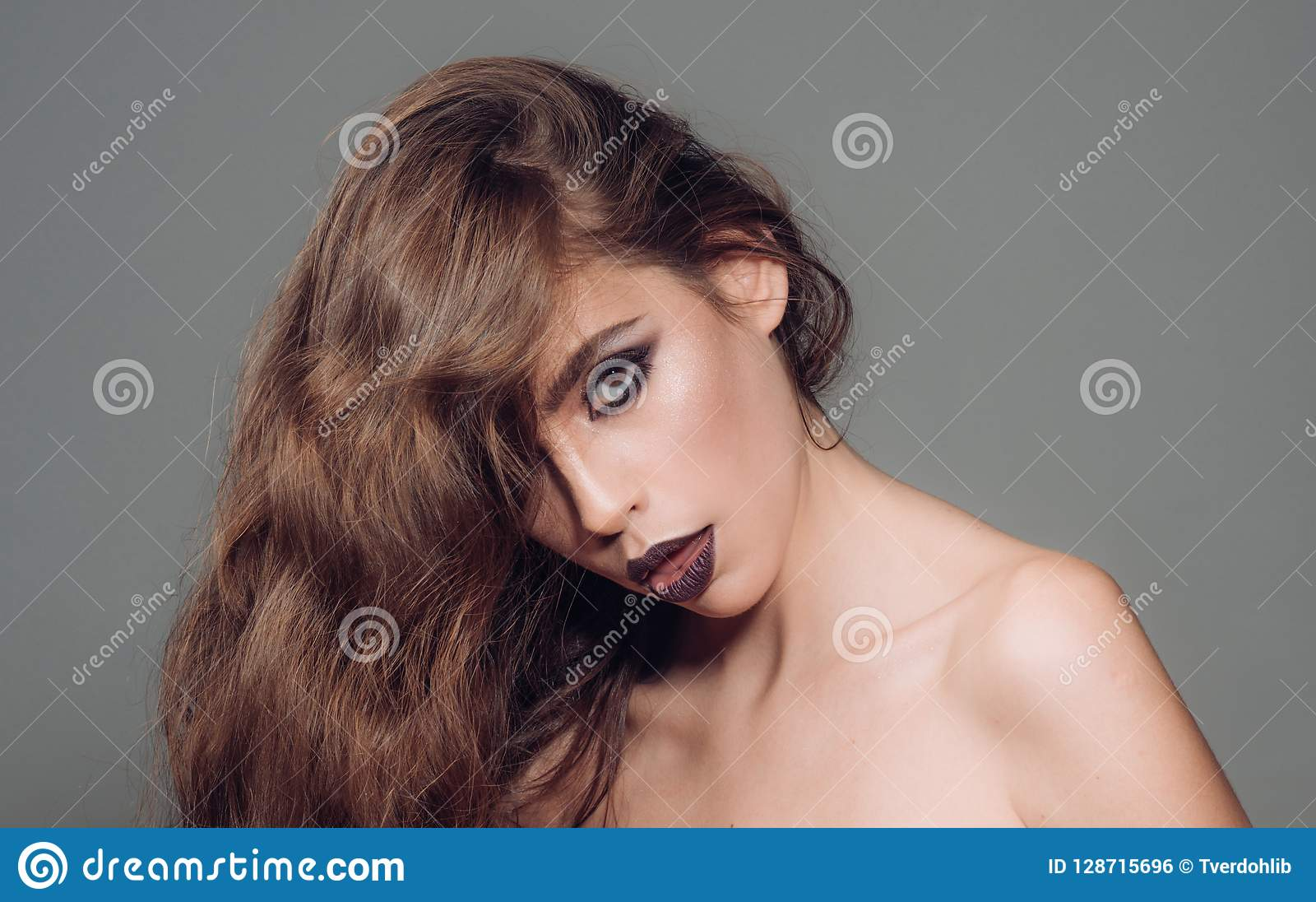 κορίτσι μόδας με τη γοητεία makeup γυναίκα πορτρέτου μόδας Καλλυντικά Makeup και skincare Γυναίκα με τη μόδα makeup