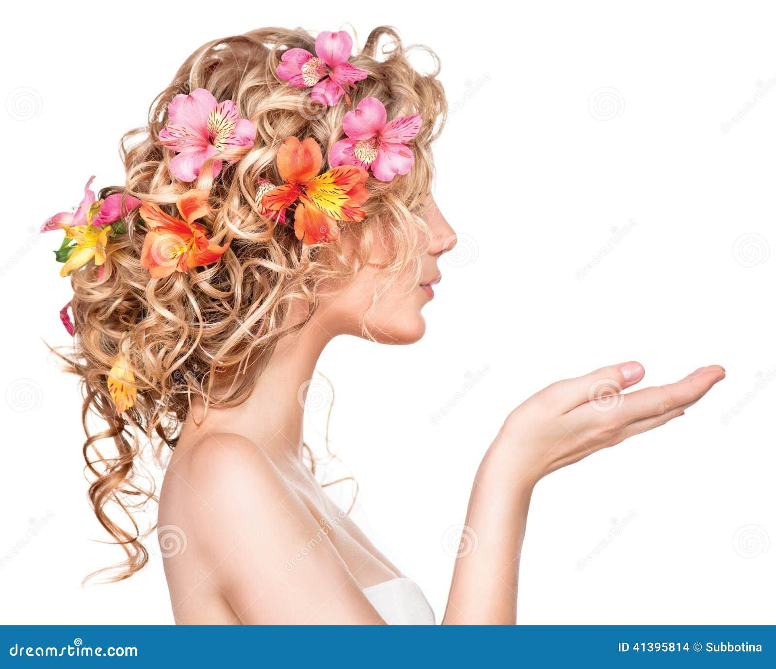 Κορίτσι ομορφιάς με τα λουλούδια hairstyle