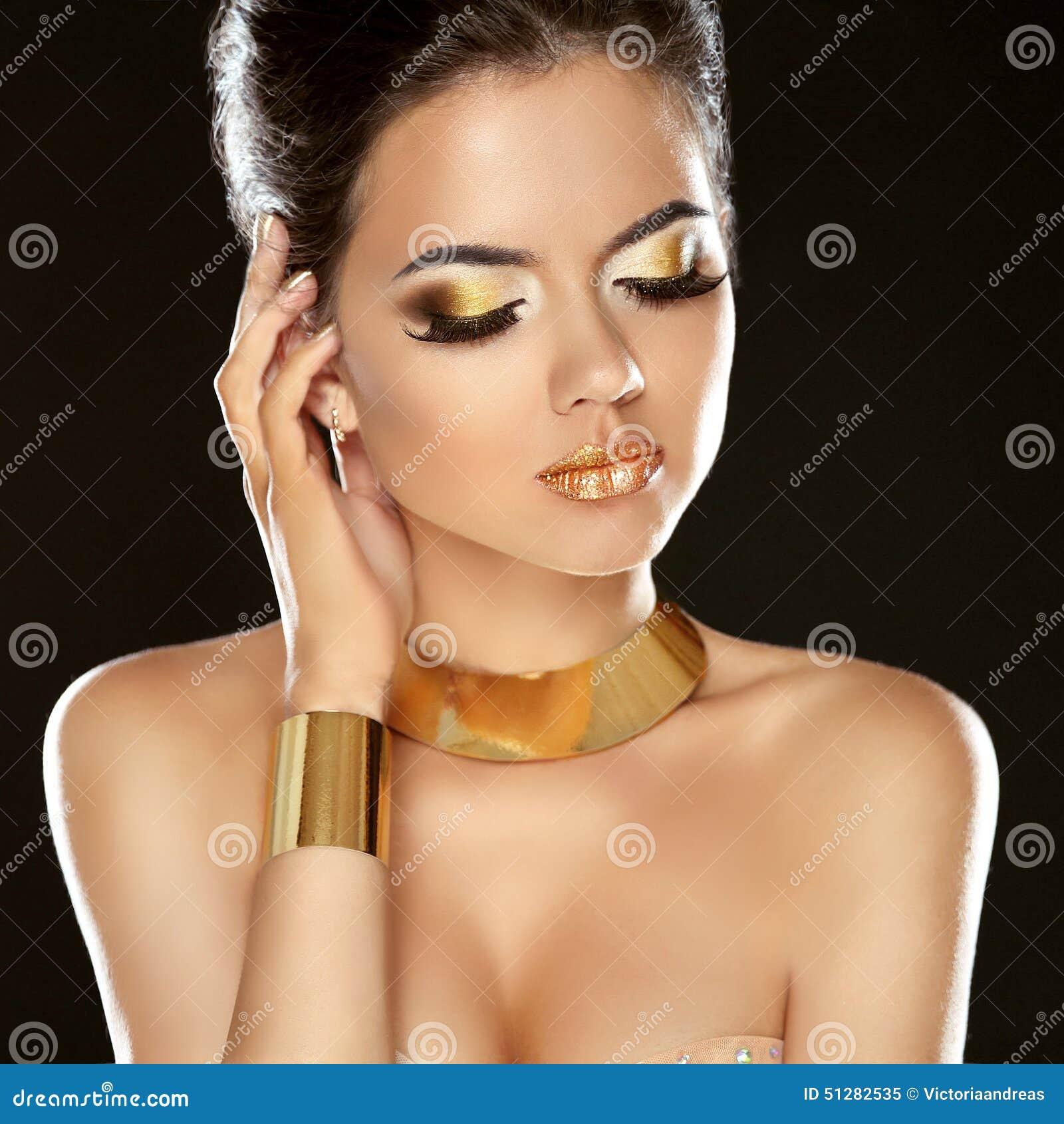 Κορίτσι ομορφιάς μόδας που απομονώνεται στο μαύρο υπόβαθρο Χρυσό κόσμημα