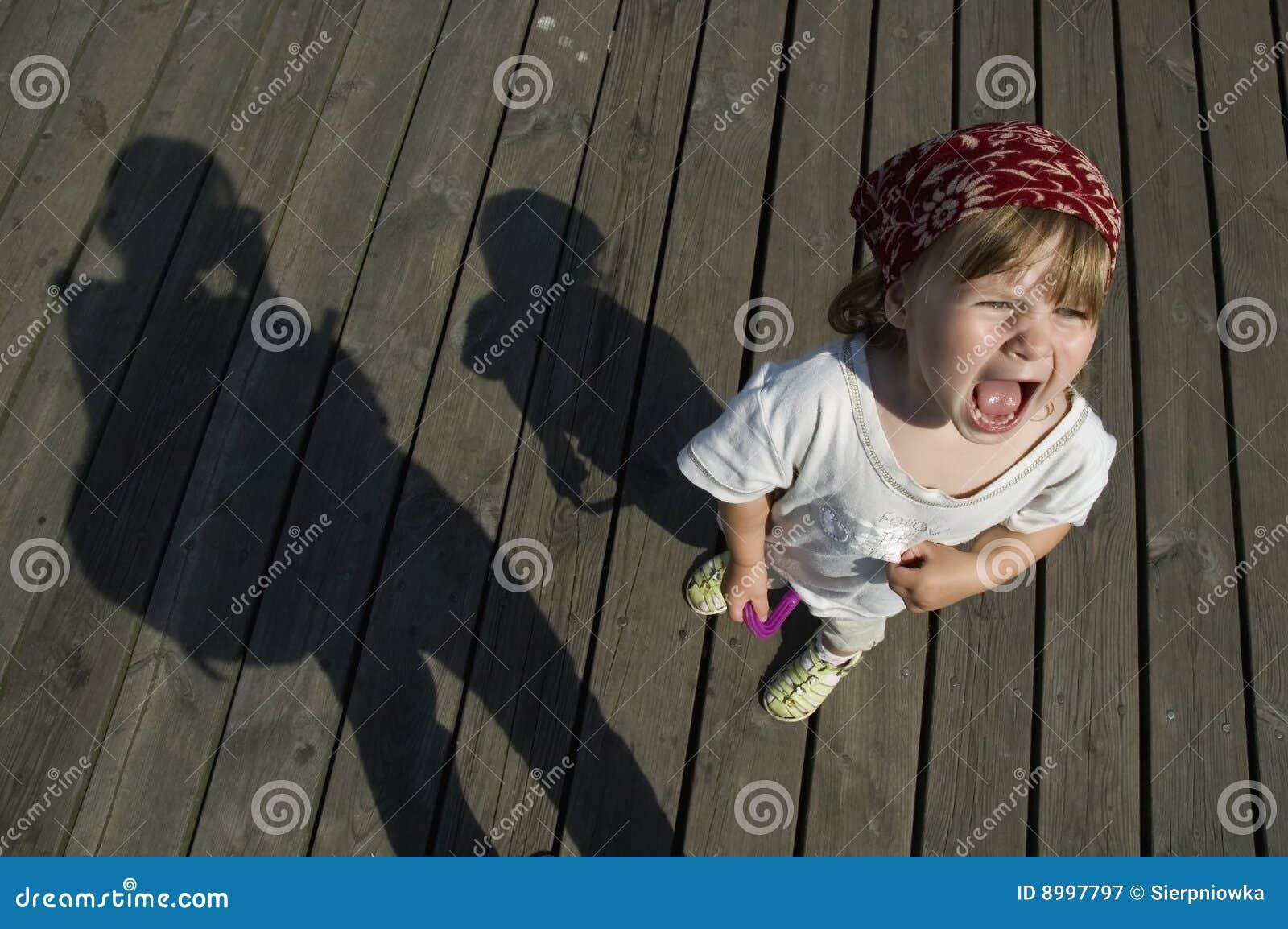 κορίτσι παιδιών που κραυγάζει τη γλυκιά ιδιοσυγκρασία