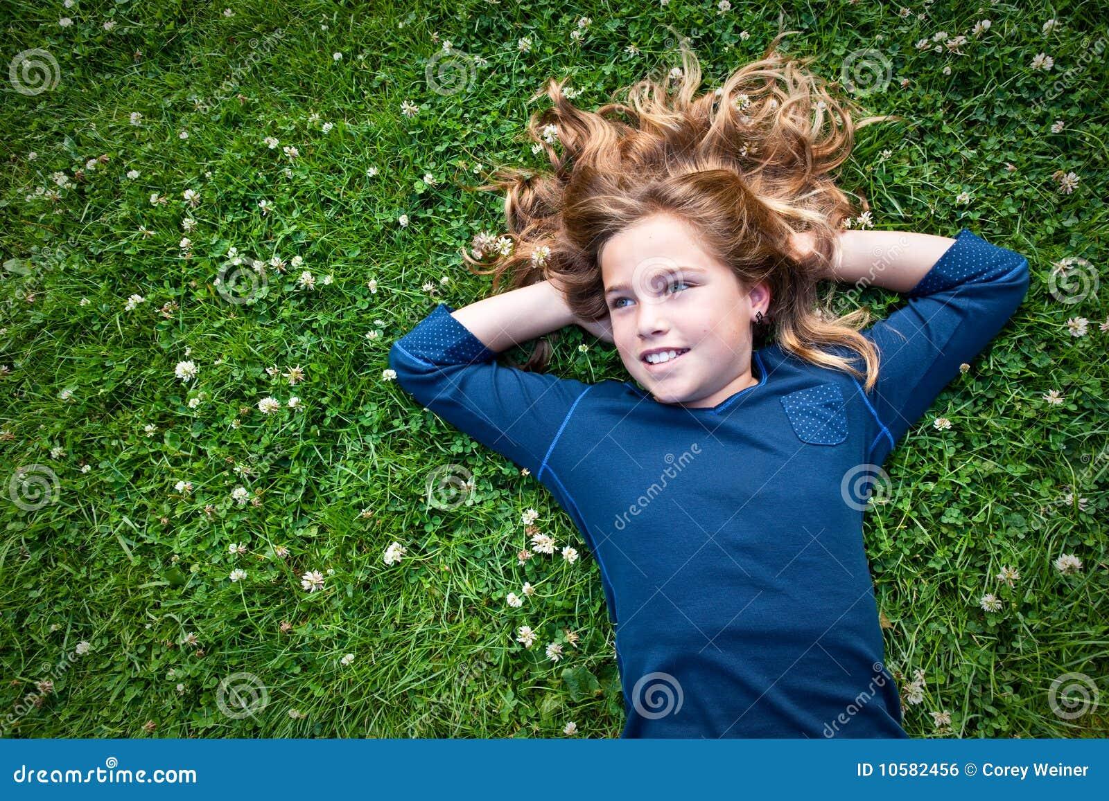 κορίτσι πεδίων αφηρημάδας