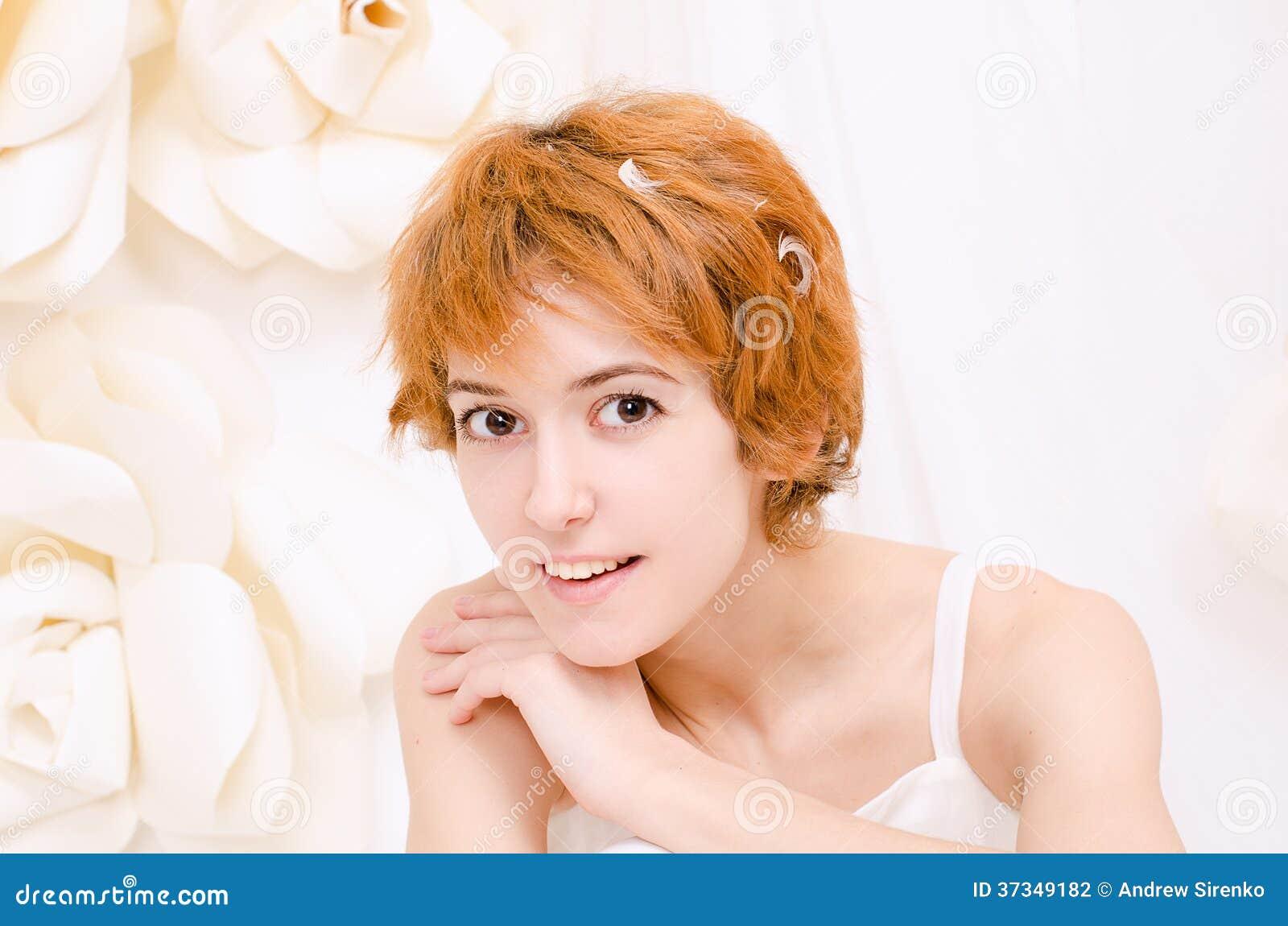 Κορίτσι πορτρέτου στα φωτεινά χρώματα