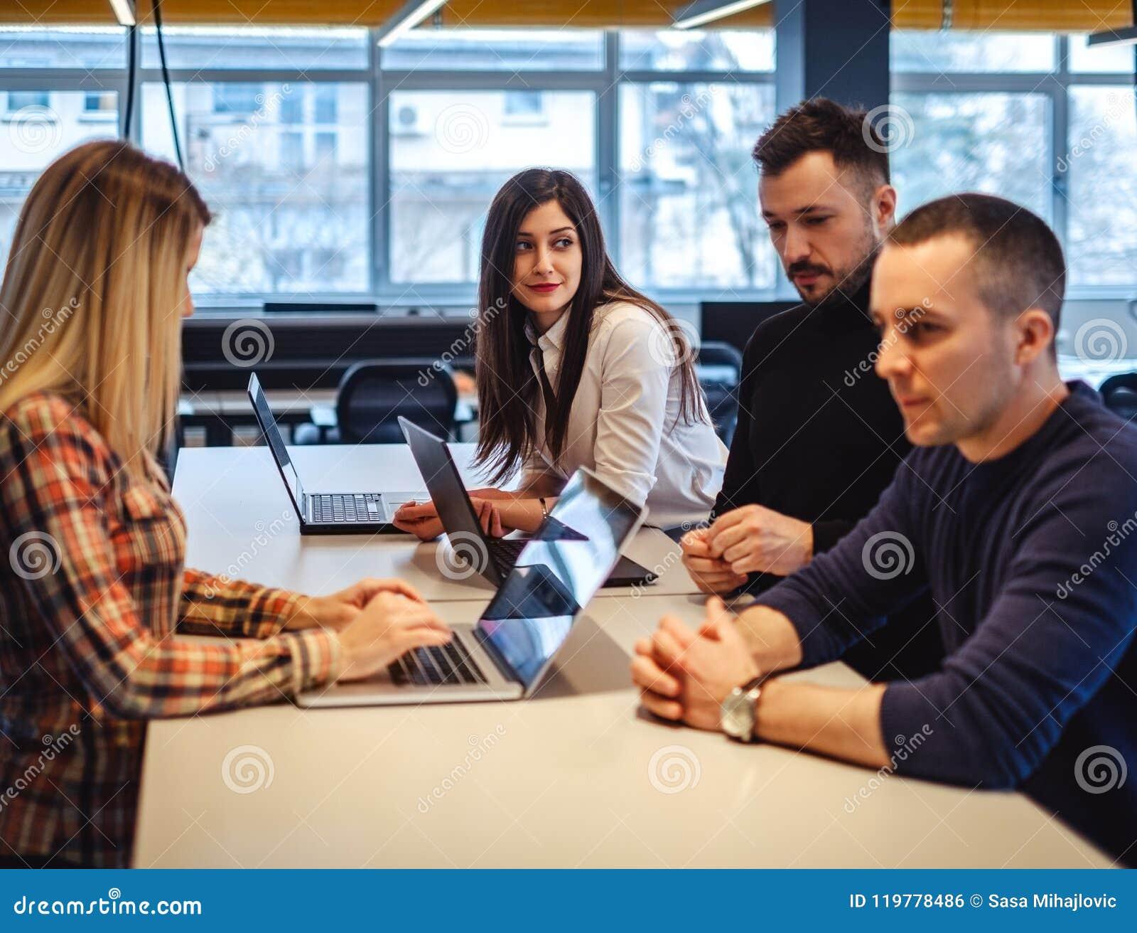Κορίτσι που έχει μια συντριβή στο συνάδελφο στη συνεδρίαση των γραφείων
