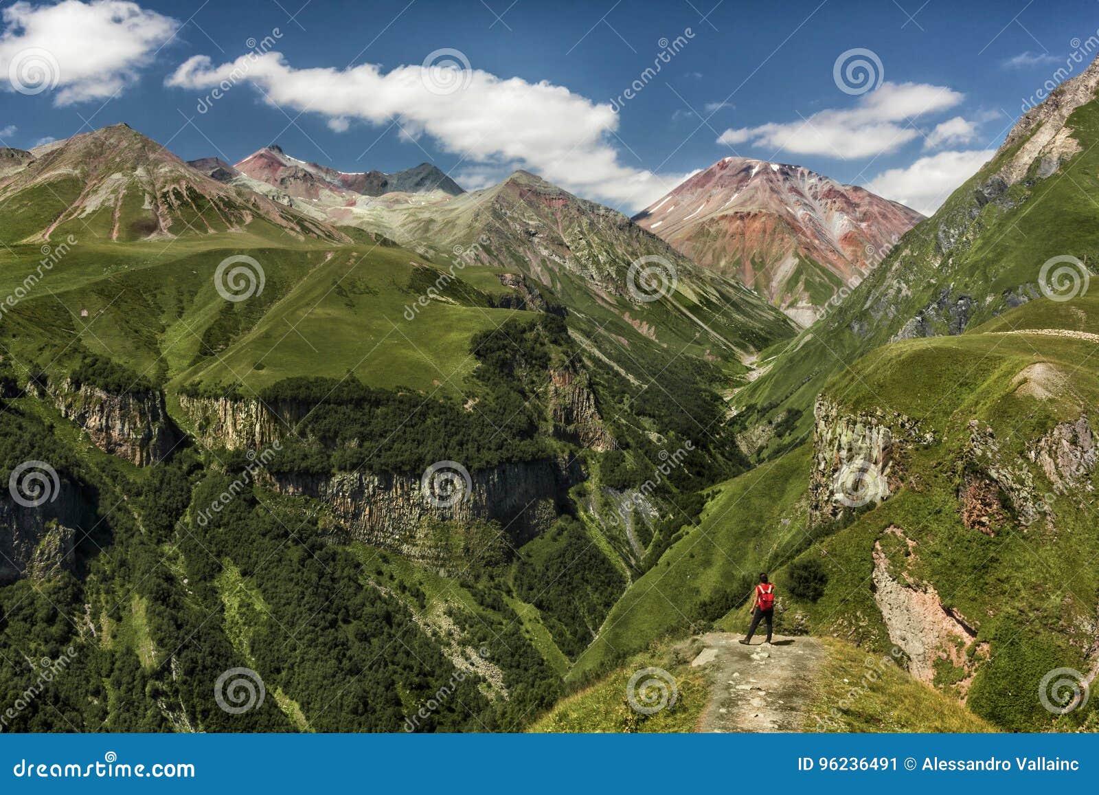Κορίτσι που αγνοεί τα βουνά