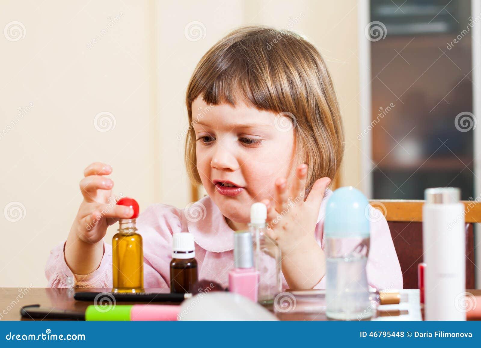 Κορίτσι που αναπτύσσει την επιδεξιότητα στην παιδική χαρά