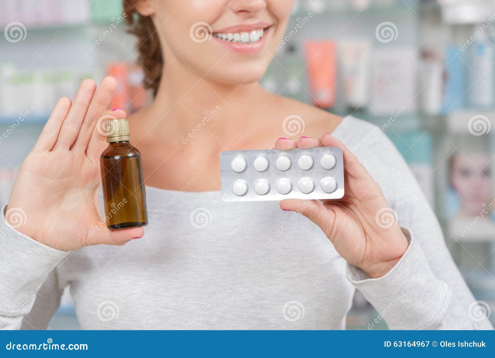 Κορίτσι που αποφασίζει τι για να αγοράσει μέσα το φαρμακείο