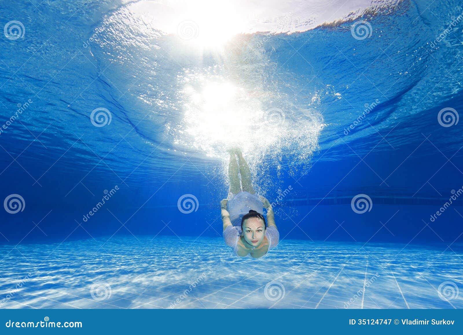 Κορίτσι που βουτά στη λίμνη