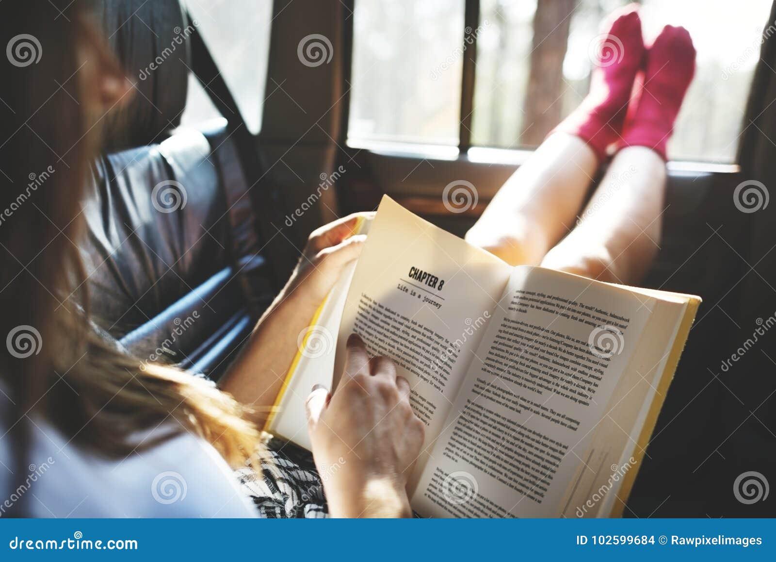 Κορίτσι που διαβάζει ένα βιβλίο σε ένα αυτοκίνητο