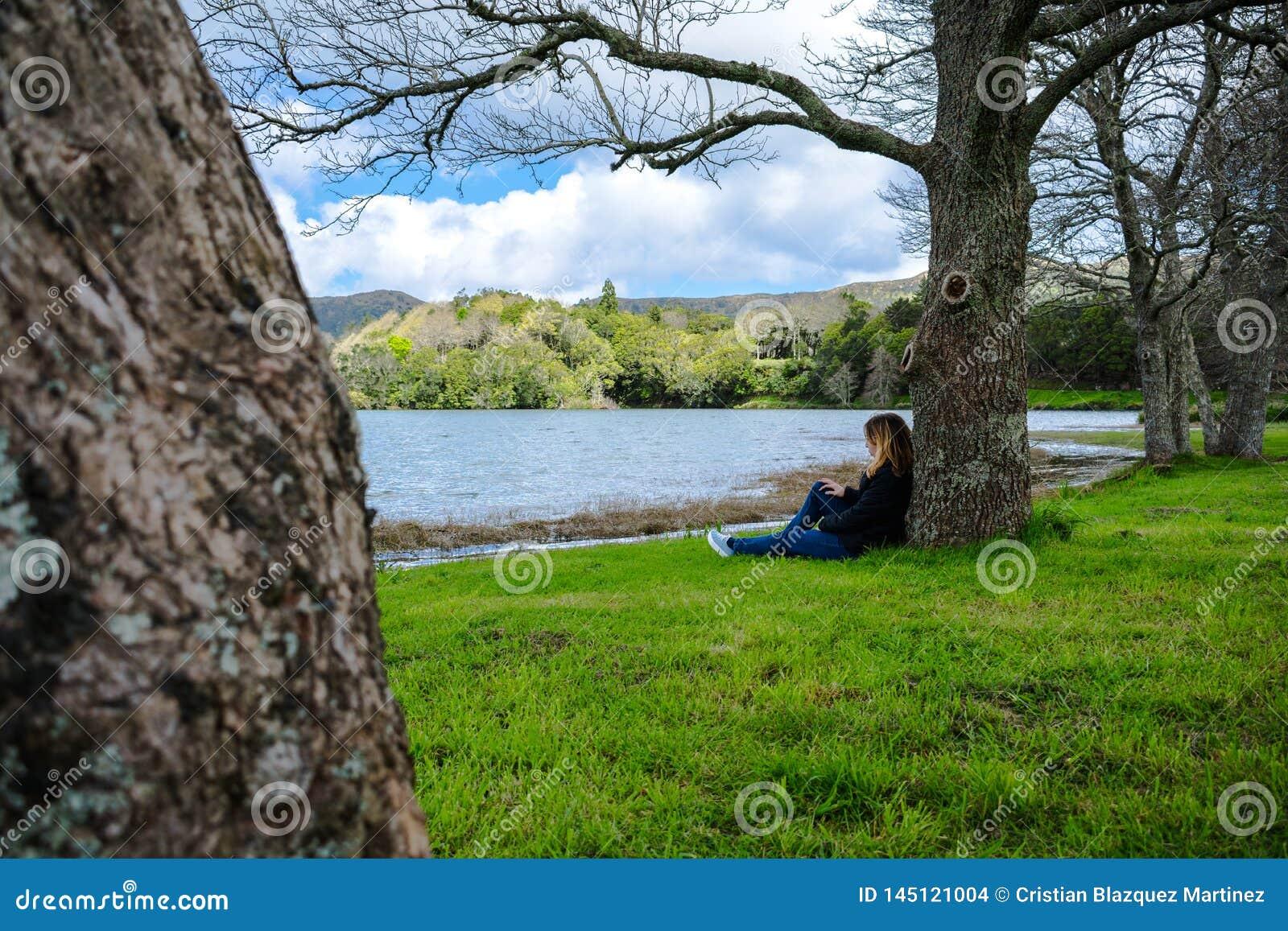 Κορίτσι που κοιτάζει πέρα από τη λίμνη Sete Cidades στα βουνά, Αζόρες, Πορτογ