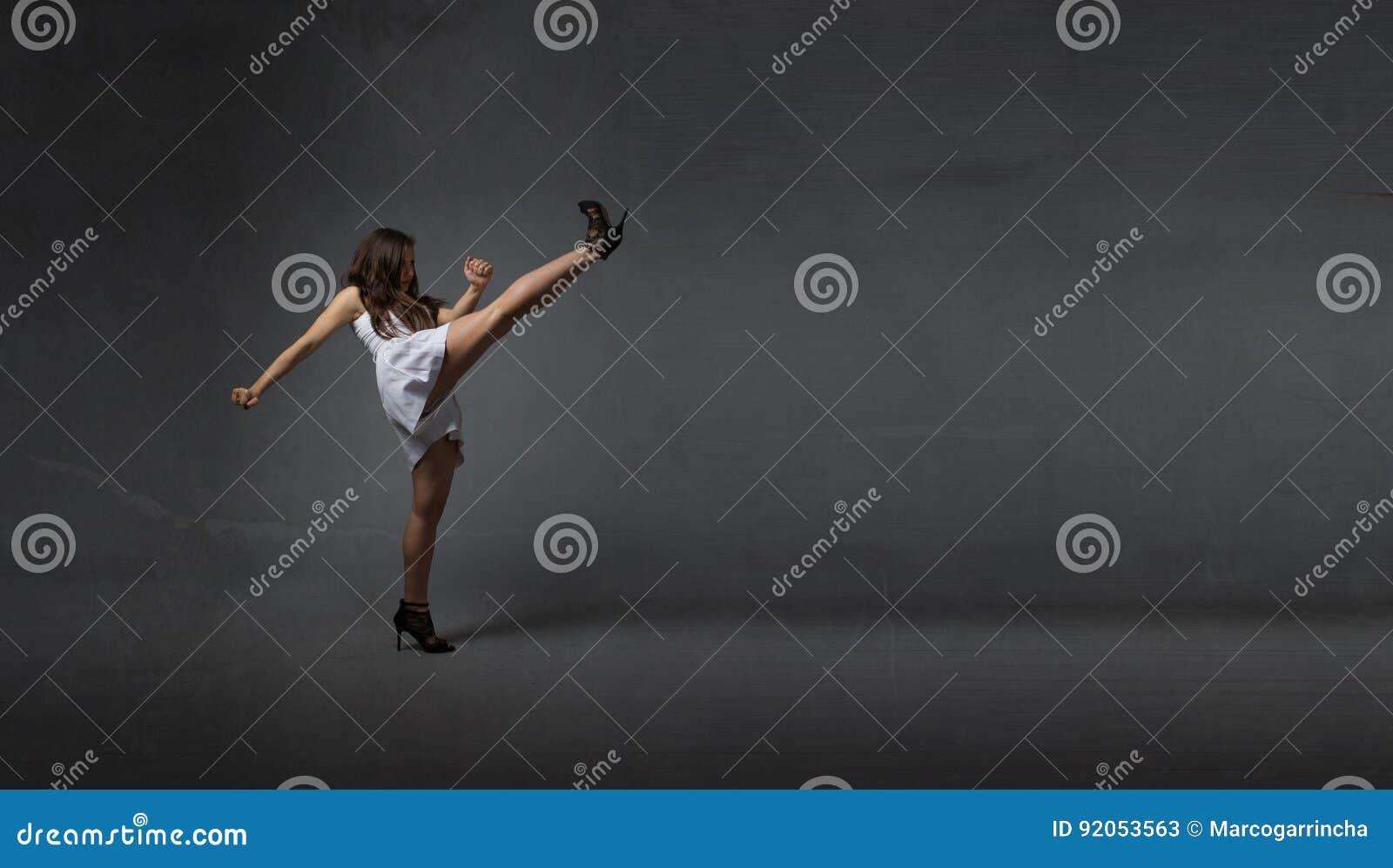 Κορίτσι που κλωτσά το κενό διάστημα