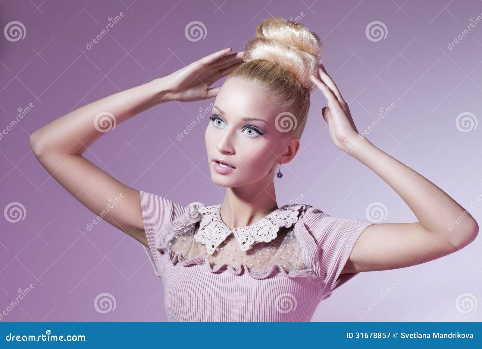 Κορίτσι που μοιάζει με την κούκλα Barbie