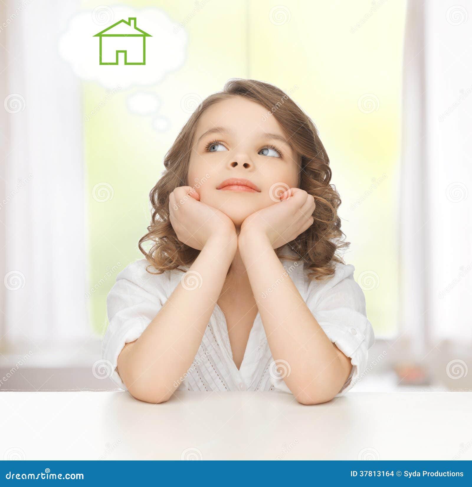 Κορίτσι που ονειρεύεται για το σπίτι