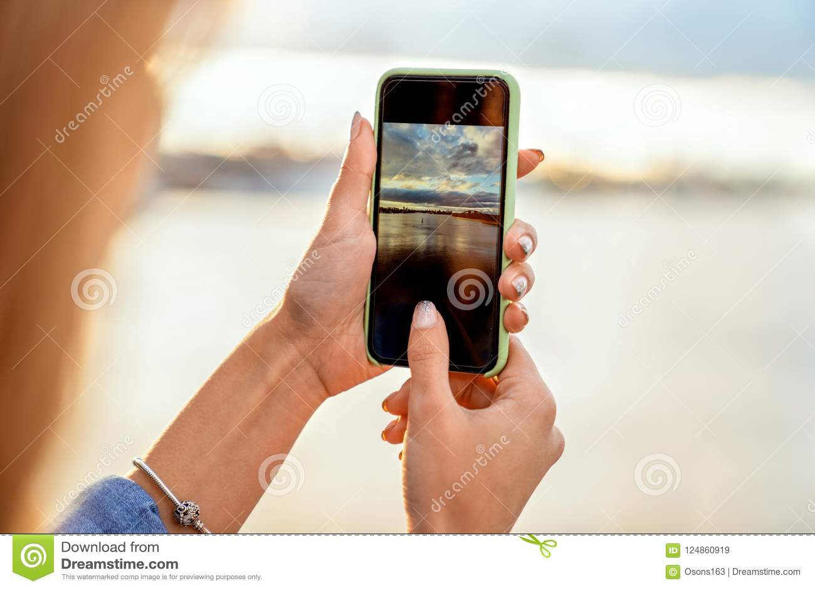 Κορίτσι που παίρνει τις εικόνες ενός τοπίου, κινηματογράφηση σε πρώτο πλάνο ενός τηλεφώνου σε την