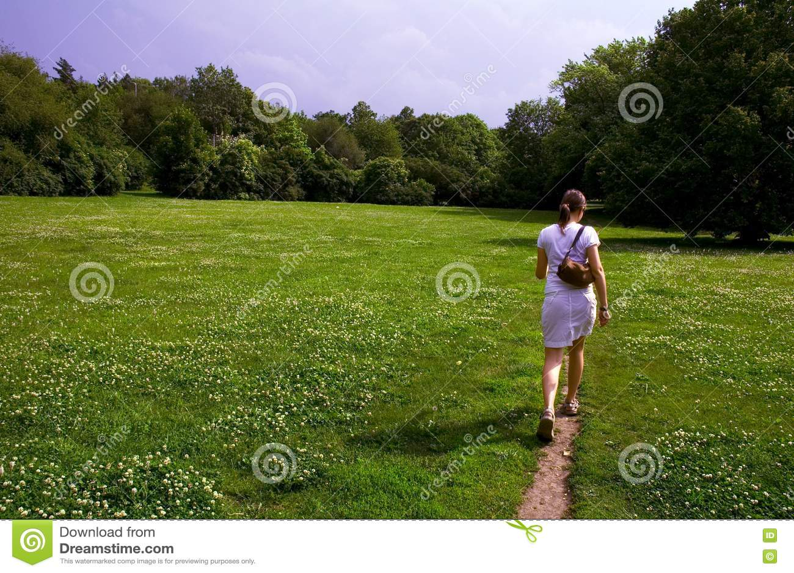 Κορίτσι που περπατά μέσω του λιβαδιού