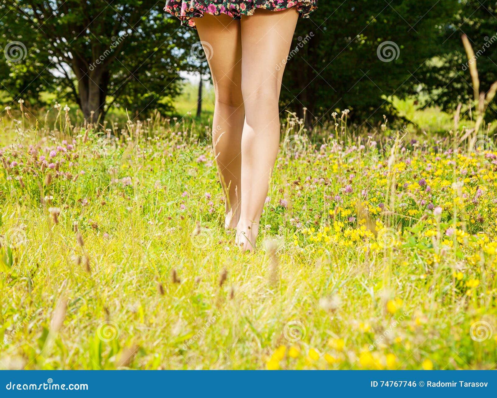 Κορίτσι που πηγαίνει μακριά χωρίς παπούτσια στη χλόη