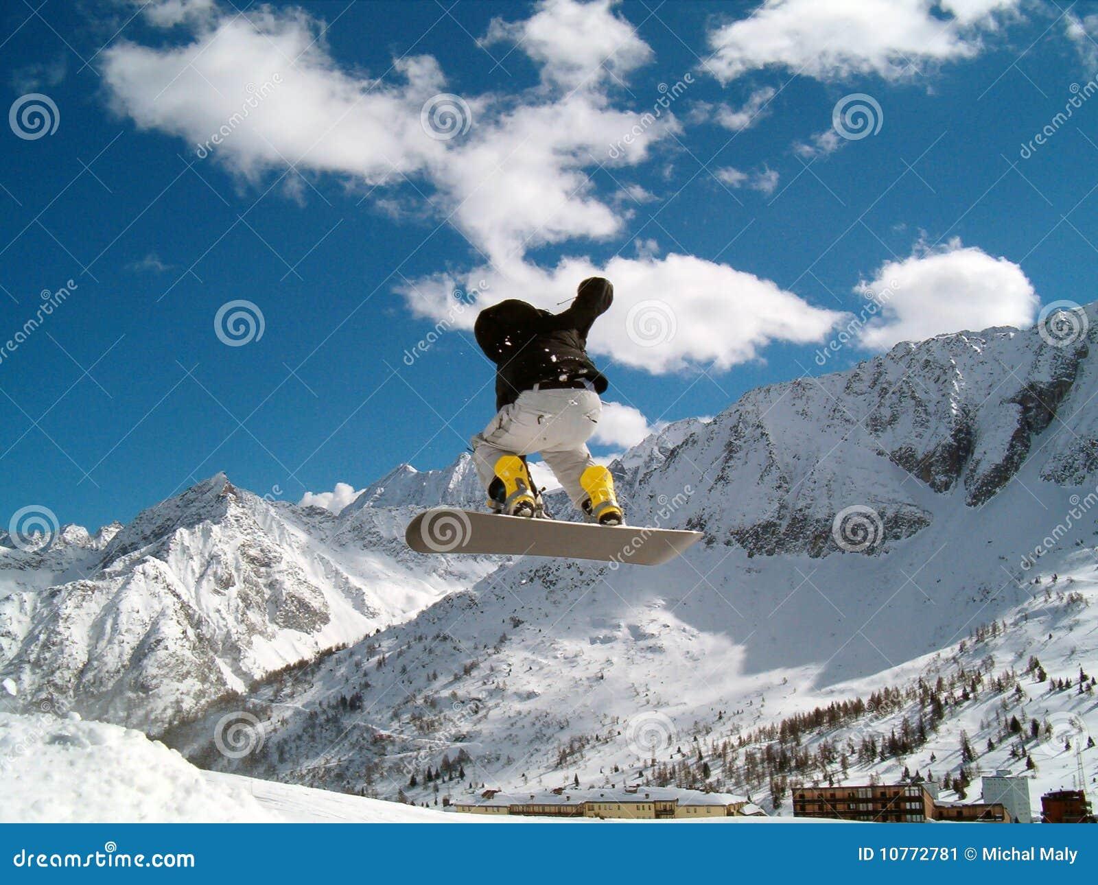 κορίτσι που πηδά snowborder