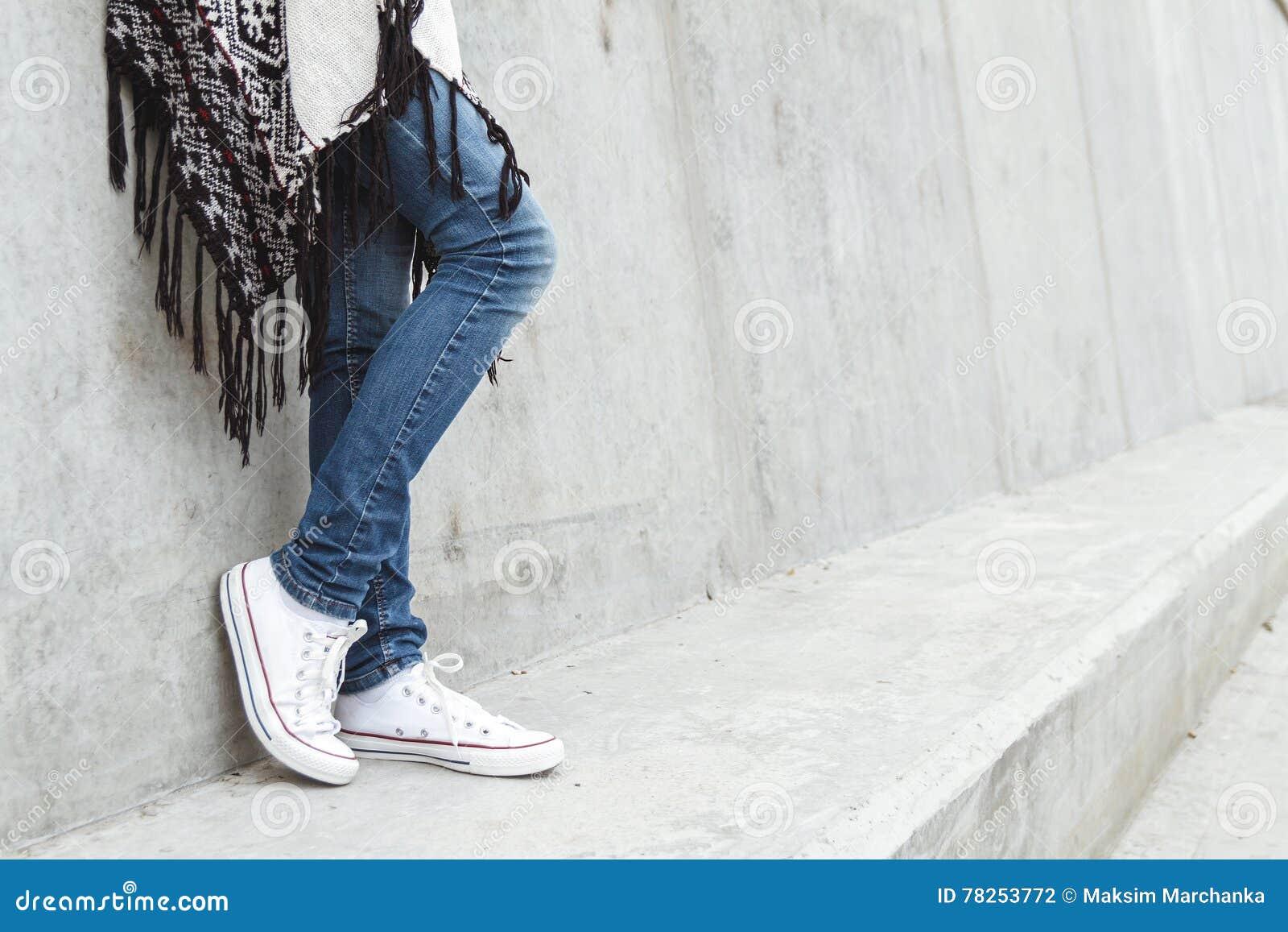 Κορίτσι που στέκεται στο συμπαγή τοίχο