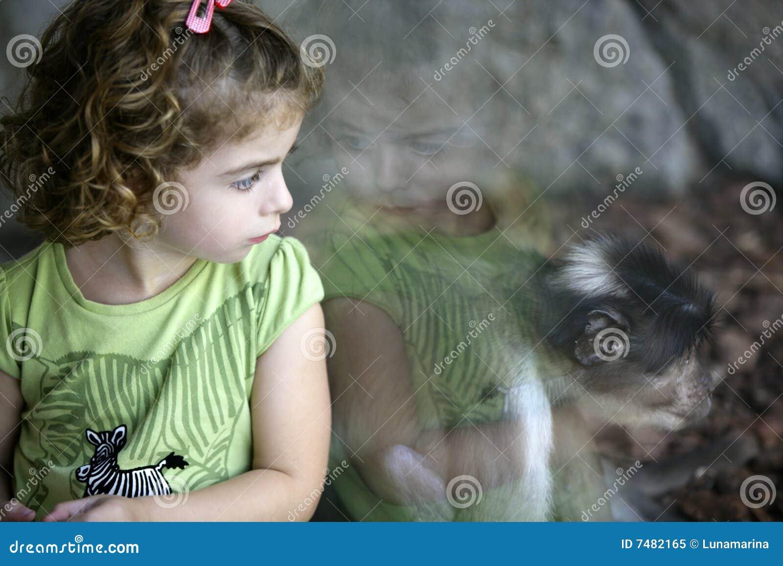 κορίτσι που φαίνεται μικρ