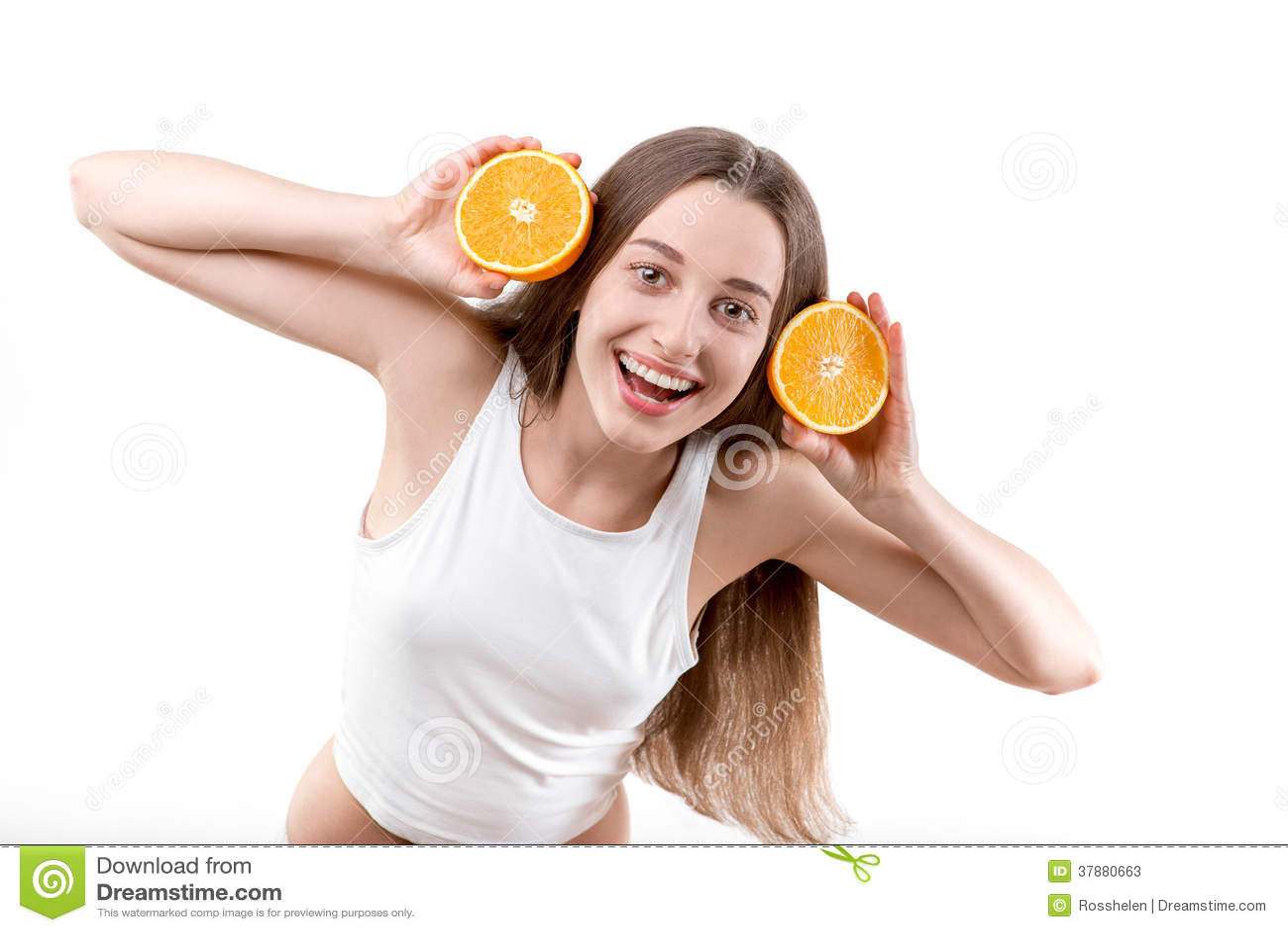Κορίτσι που χαμογελά με τα πορτοκαλιά ακουστικά