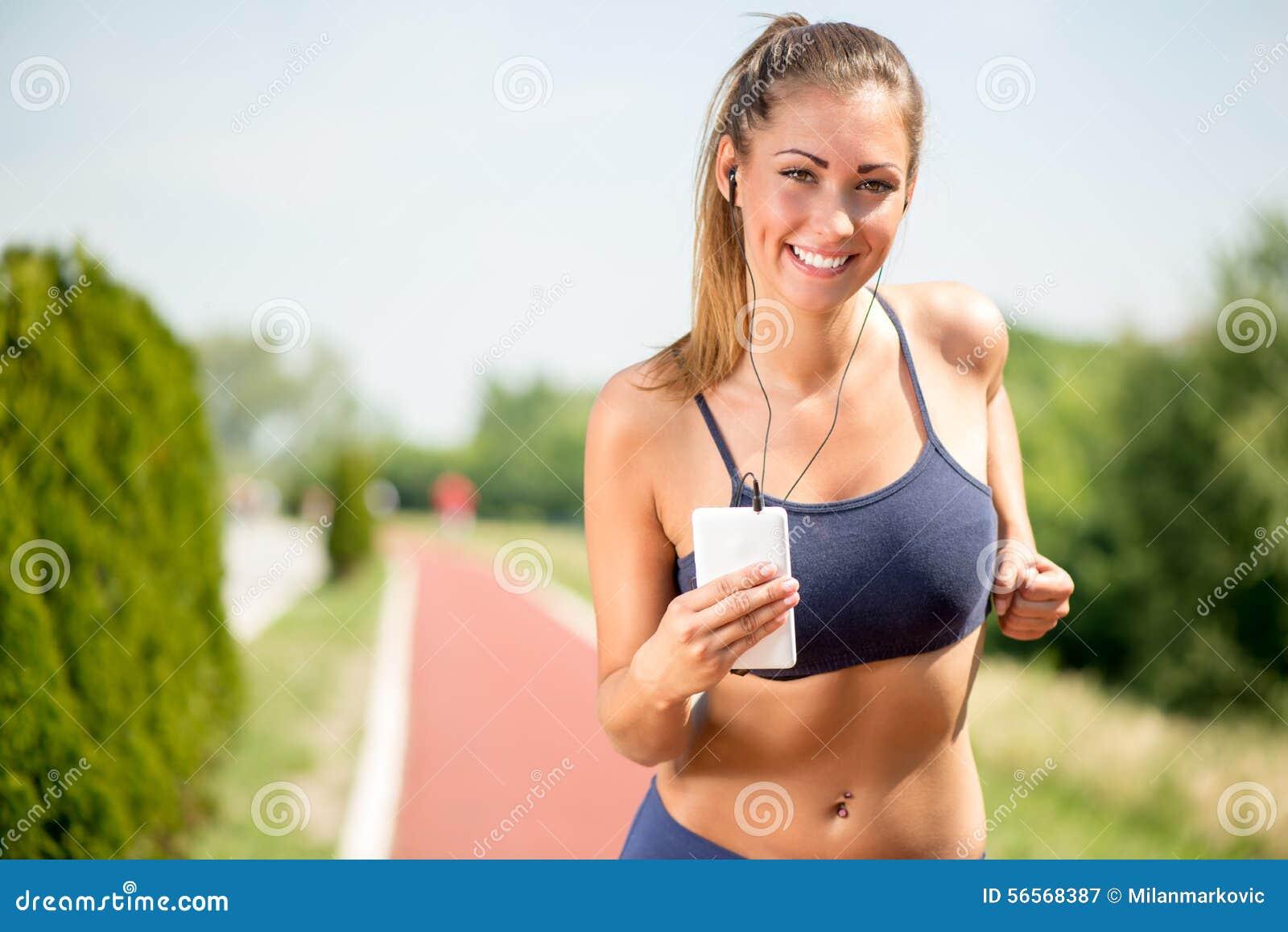 Download Κορίτσι δρομέων στοκ εικόνα. εικόνα από υγιής, οριζόντιος - 56568387