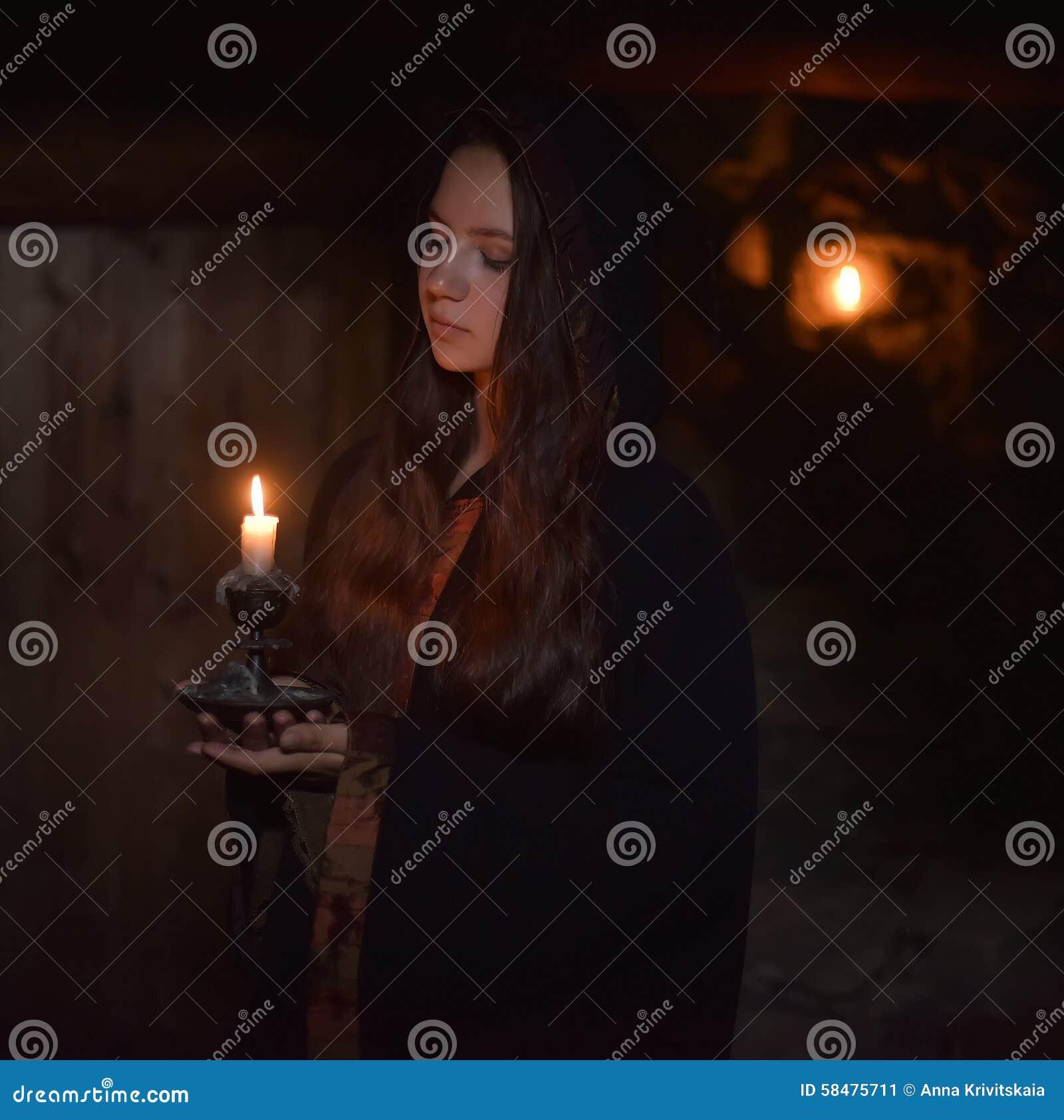 Κορίτσι σε έναν σκοτεινό επενδύτη