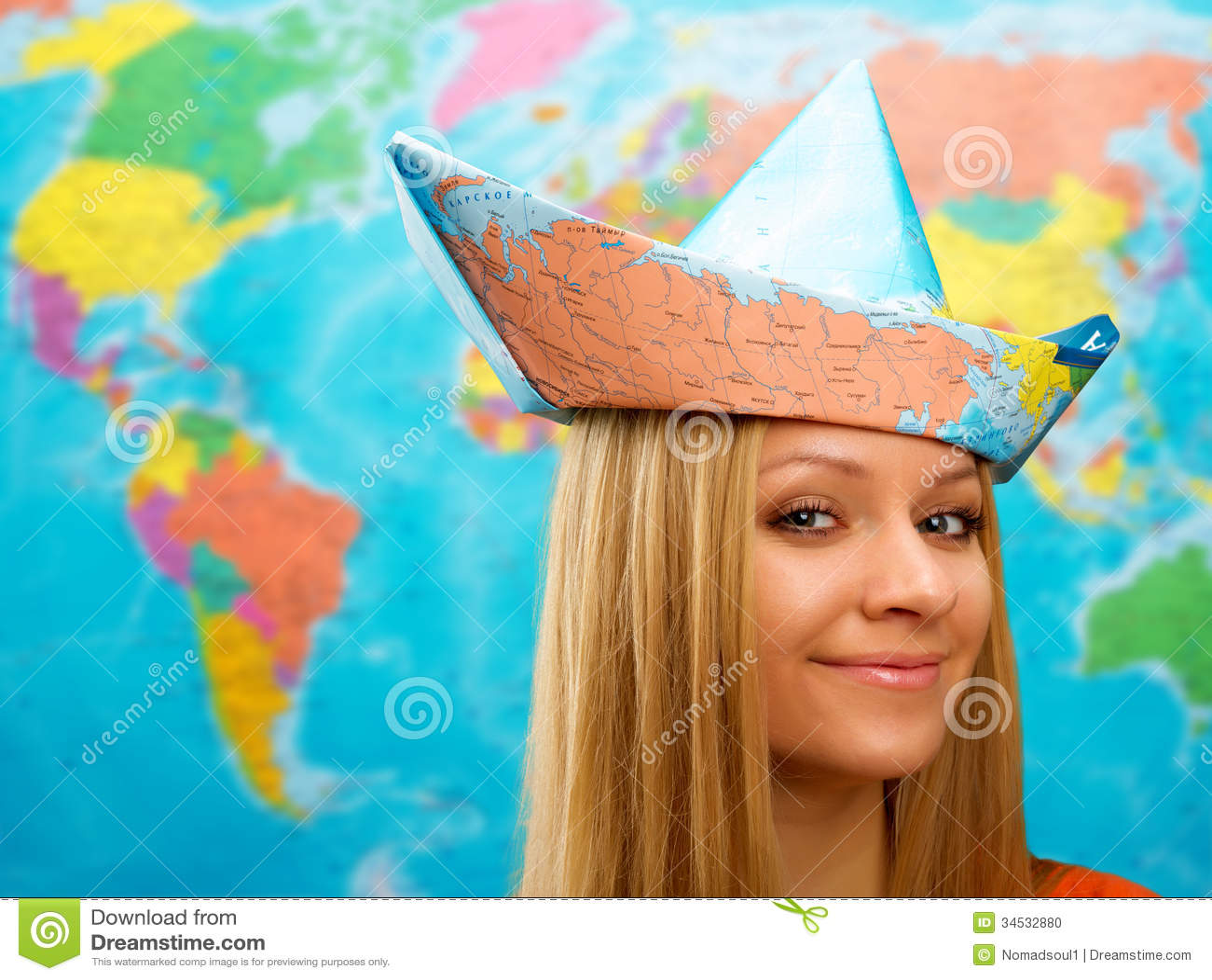 Κορίτσι σε ένα καπέλο από το χάρτη