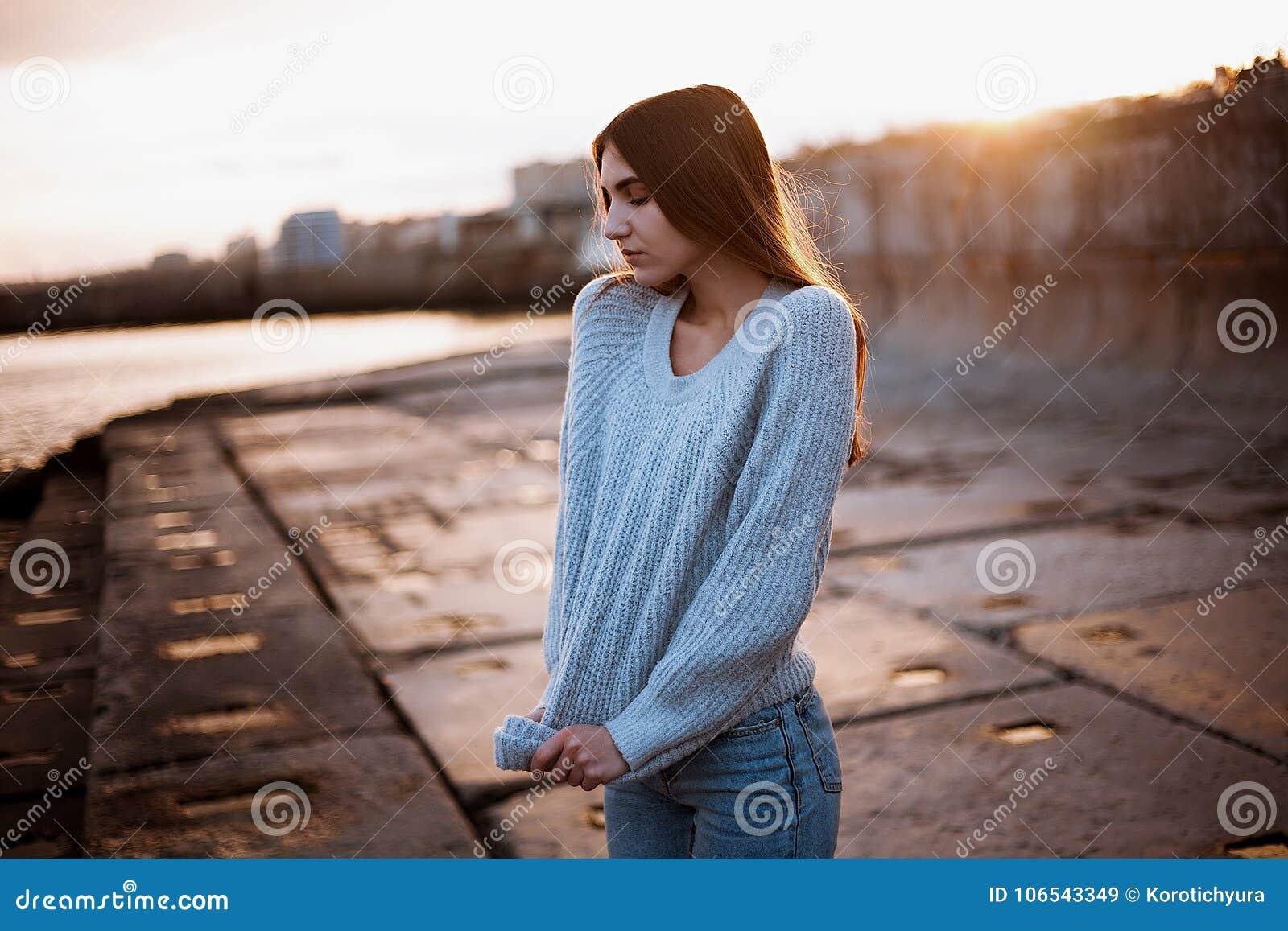 daffa0c966d2 Κορίτσι σε ένα πουλόβερ κοντά στη θάλασσα Στοκ Εικόνα - εικόνα από ...