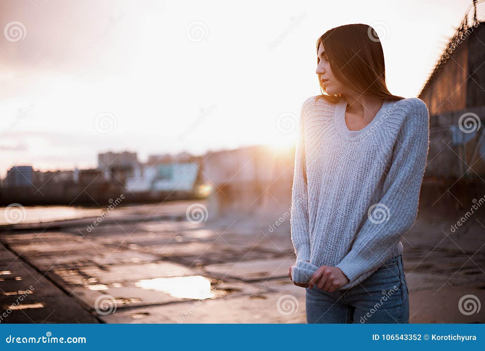 7cbc10c81e2e Κορίτσι σε ένα πουλόβερ κοντά στη θάλασσα Στοκ Εικόνες - εικόνα από ...