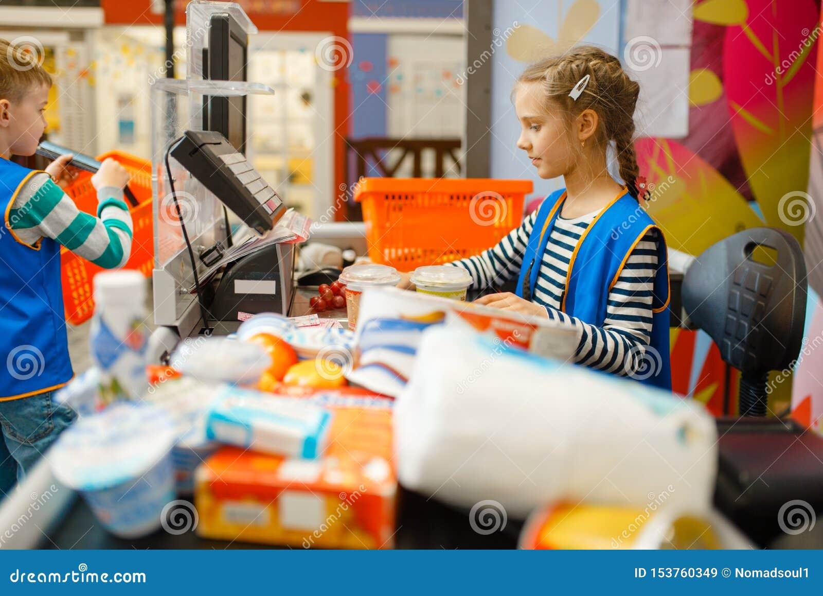 Κορίτσι σε ομοιόμορφο στον κατάλογο μετρητών, χώρος για παιχνίδη