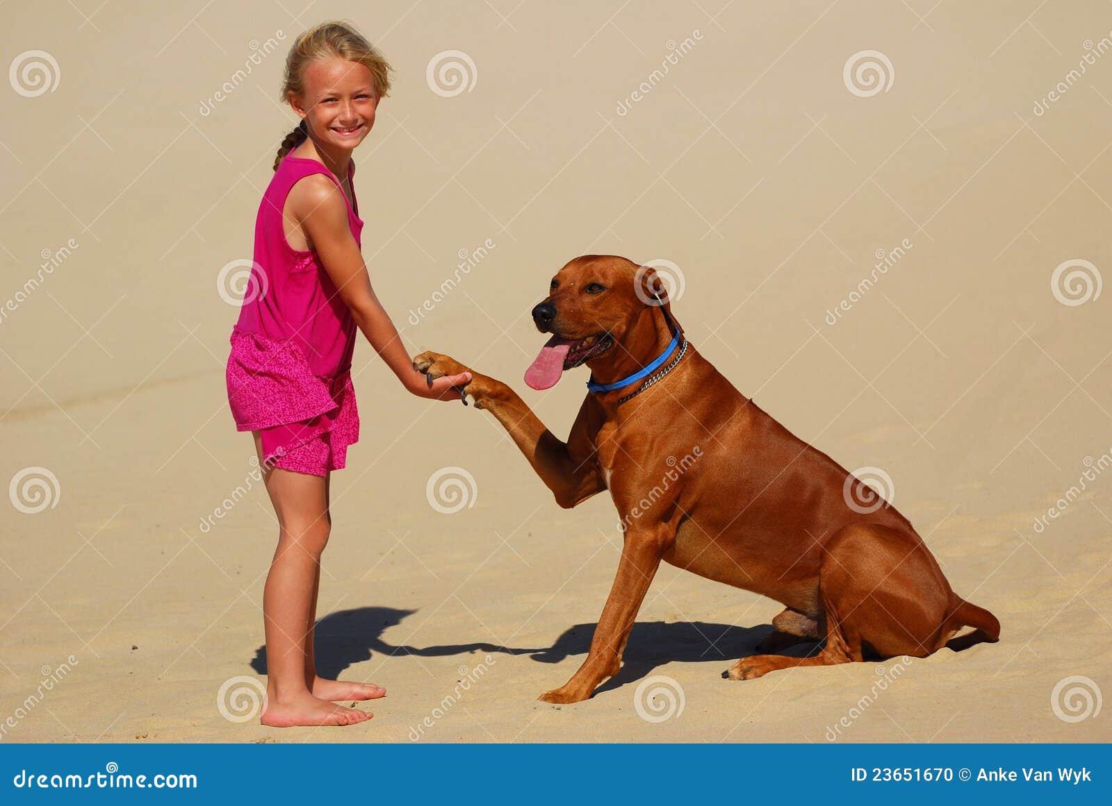 κορίτσι σκυλιών λίγο τίναγμα ποδιών