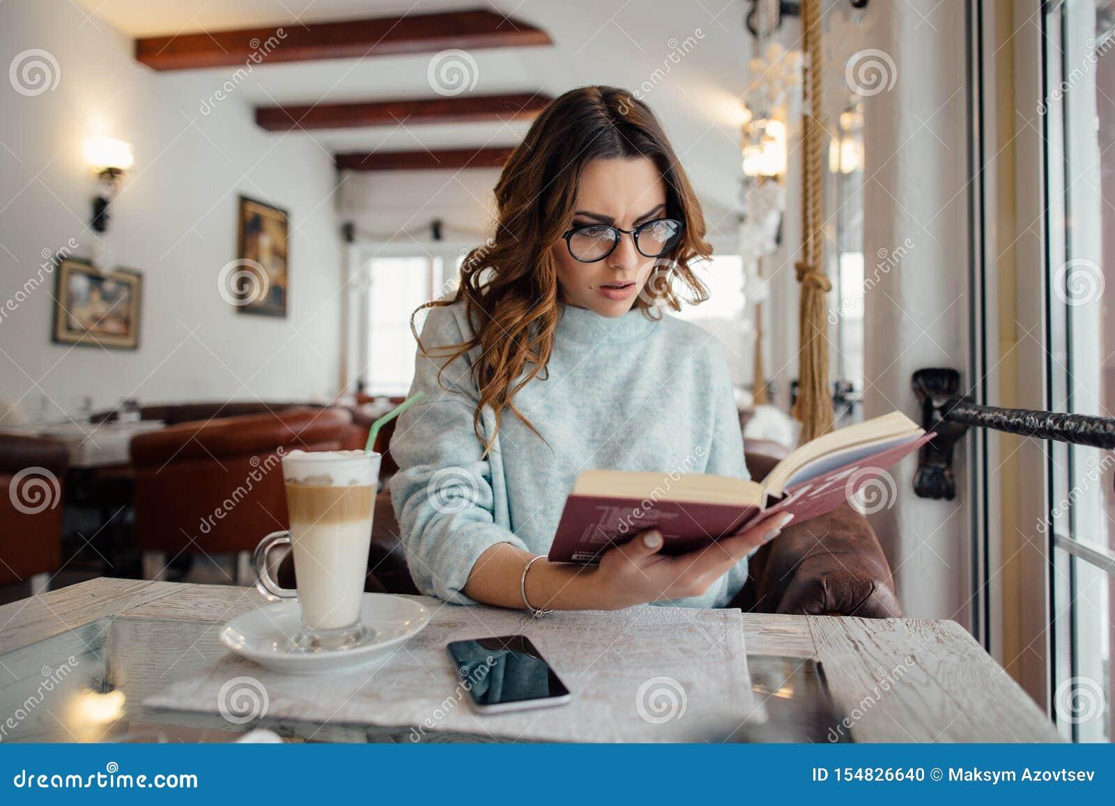 Κορίτσι στα γυαλιά που διαβάζει το βιβλίο ιδιωτικών αστυνομικών