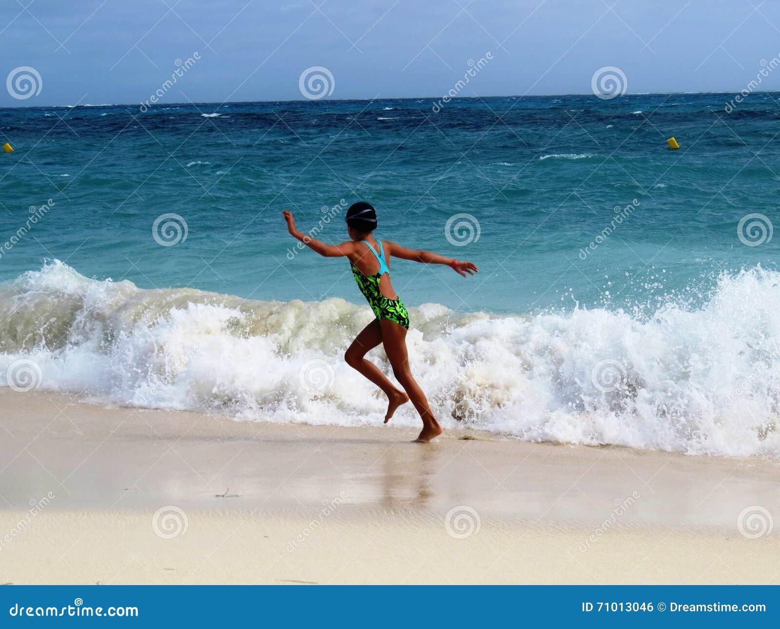 Κορίτσι στην παραλία θάλασσας