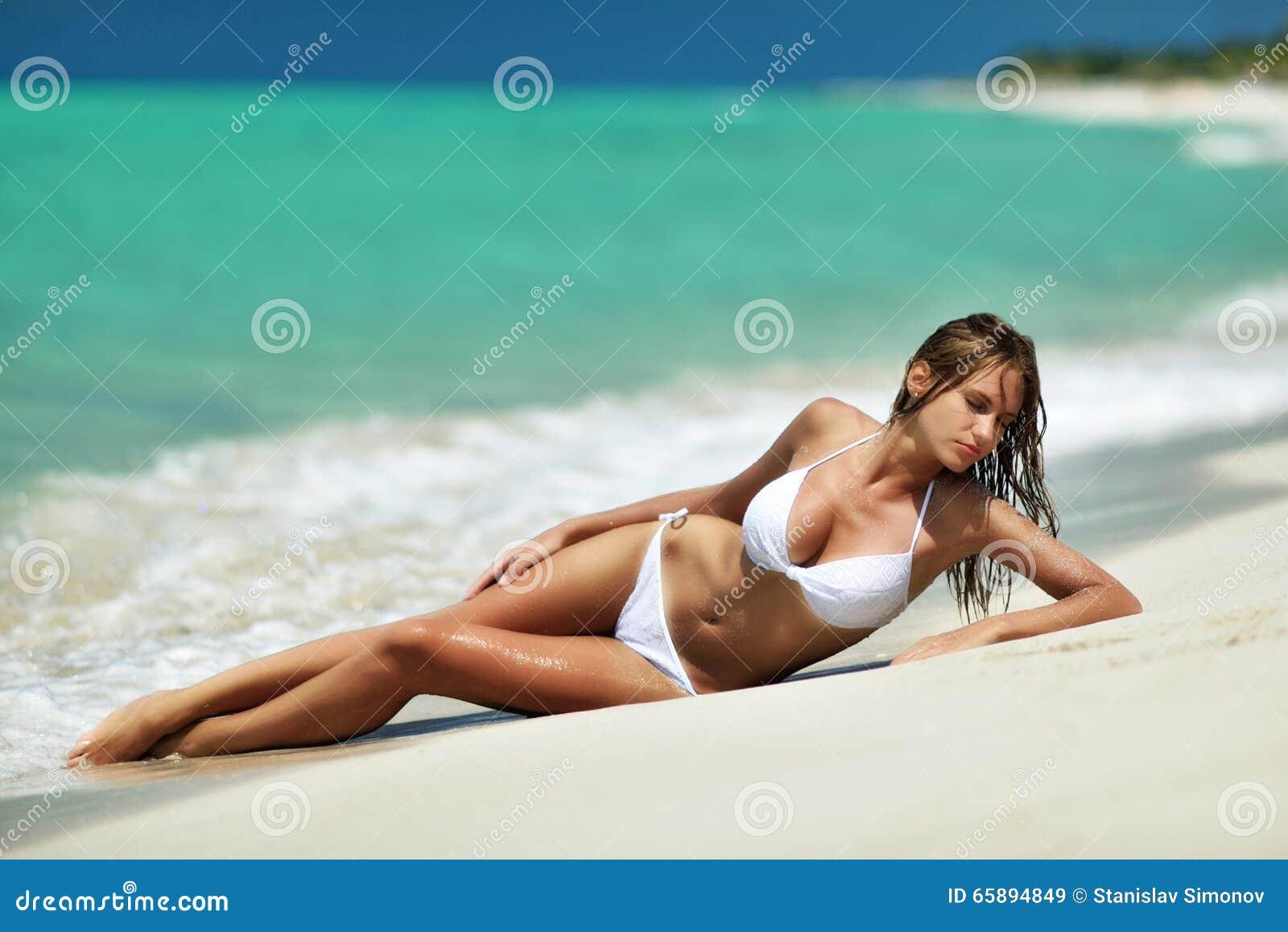 Κορίτσι στην παραλία σε ένα μαγιό