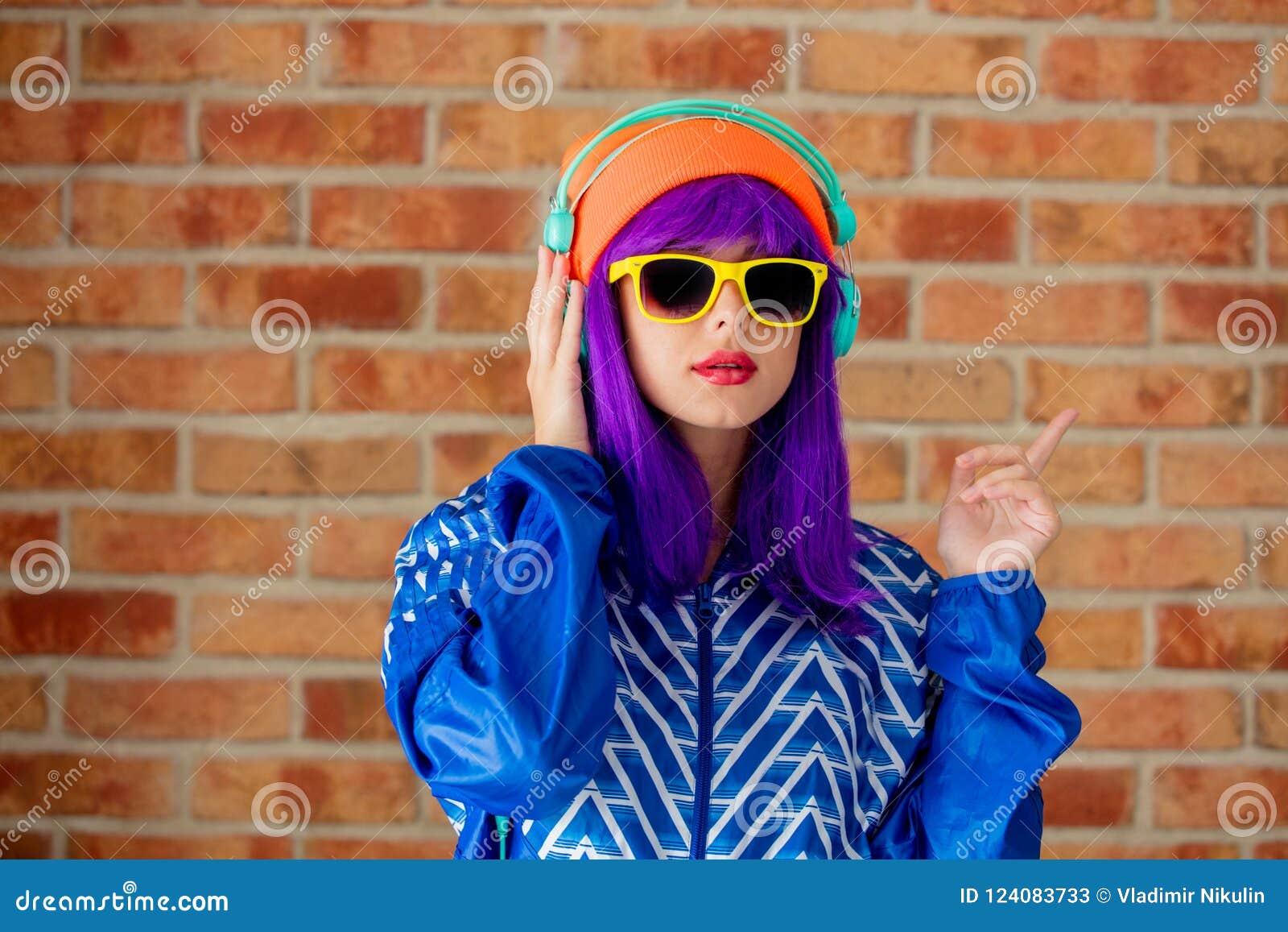 Κορίτσι στο αθλητικά σακάκι και τα ακουστικά της δεκαετίας του  90