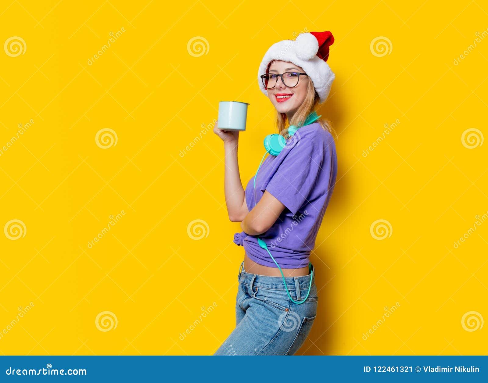 Κορίτσι στο καπέλο Χριστουγέννων με το φλυτζάνι