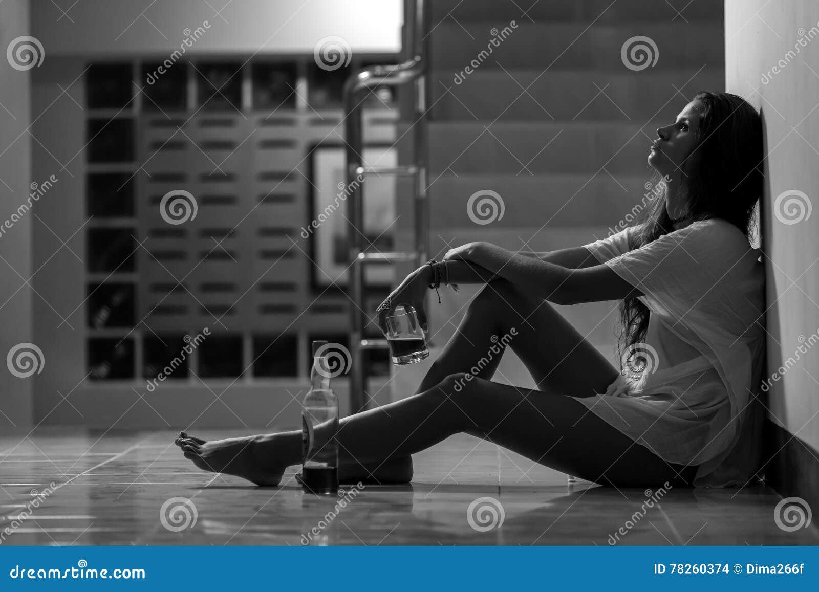 Κορίτσι στο οινόπνευμα κατανάλωσης κατάθλιψης στη μοναξιά