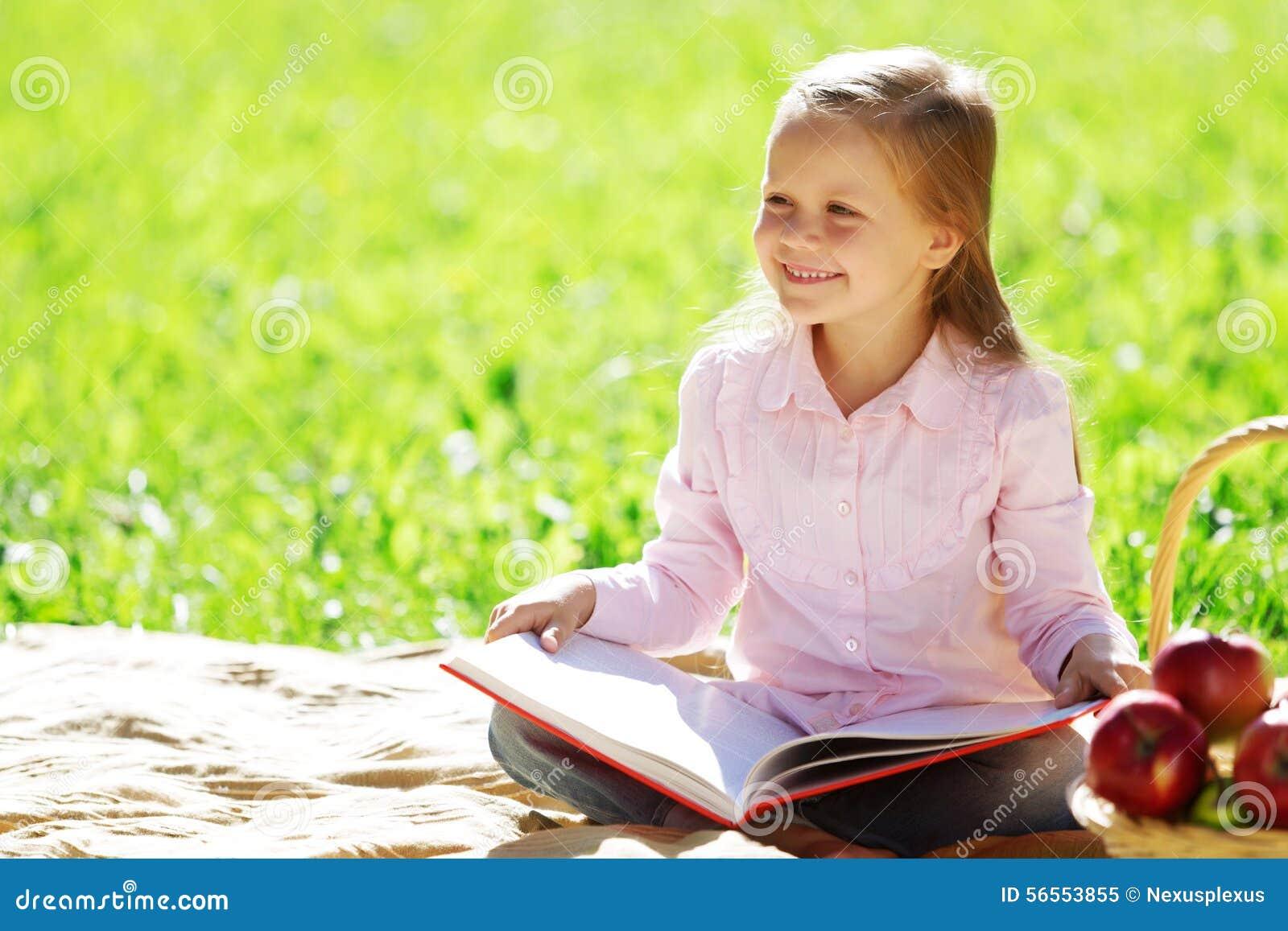 Download Κορίτσι στο πάρκο στοκ εικόνα. εικόνα από ευτυχής, διασκέδαση - 56553855