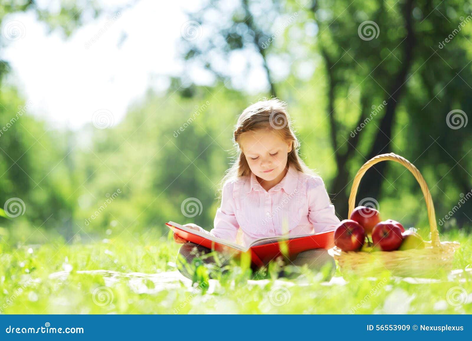 Download Κορίτσι στο πάρκο στοκ εικόνα. εικόνα από juicy, θηλυκό - 56553909