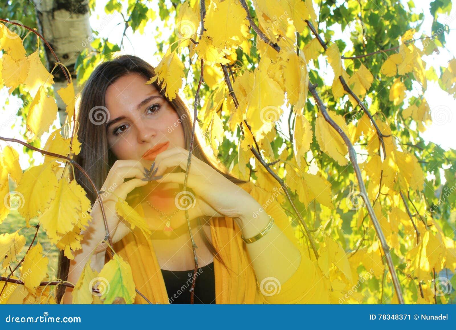 Κορίτσι φθινοπώρου έξω