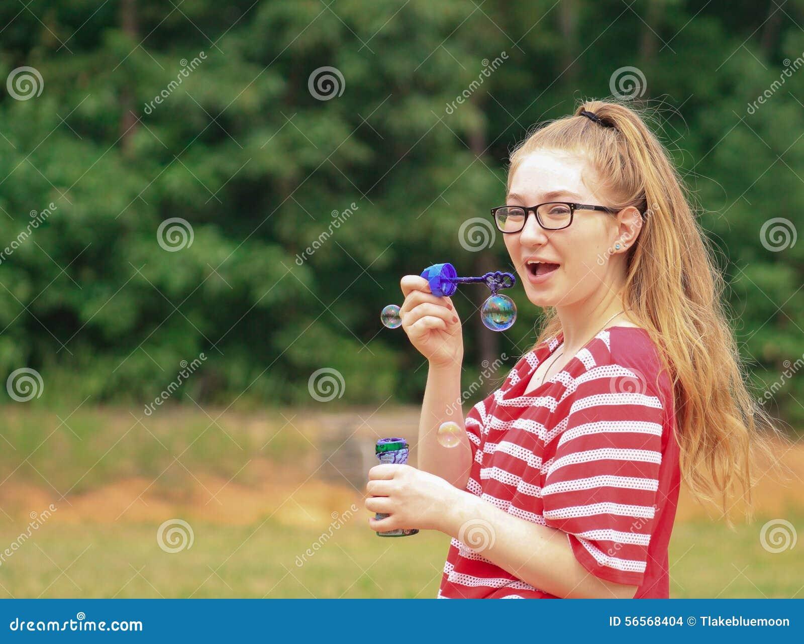 Download Κορίτσι-φυσαλίδες εφήβων στοκ εικόνες. εικόνα από μαύρα - 56568404