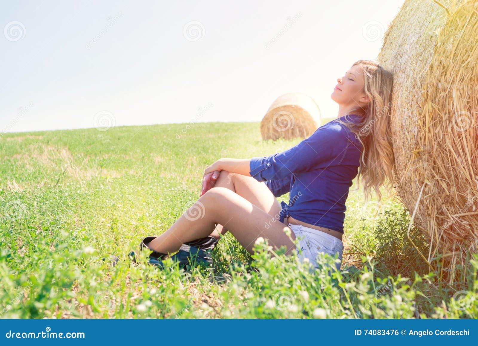 Κορίτσι χώρας Φυσική ξανθή γυναίκα, αρμονία στη φύση