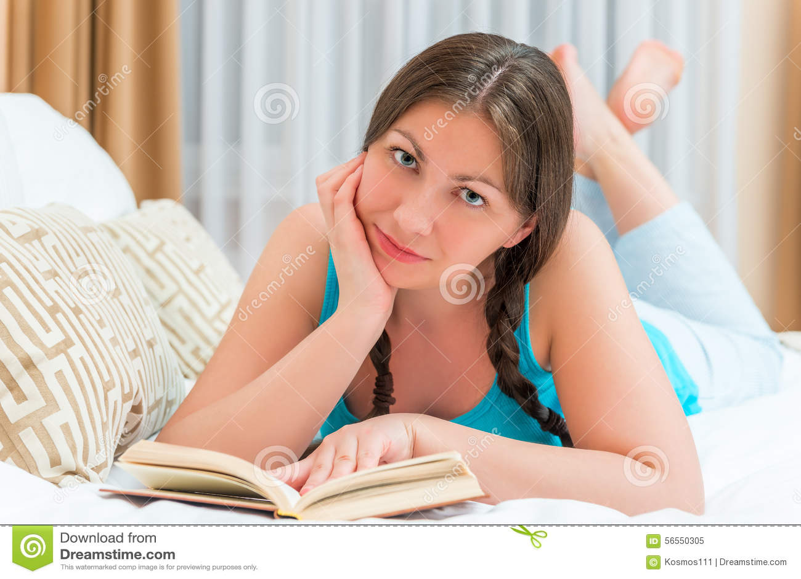 Download Κορίτσι Brunette με ένα βιβλίο Στοκ Εικόνα - εικόνα από απόλαυση, bedroll: 56550305