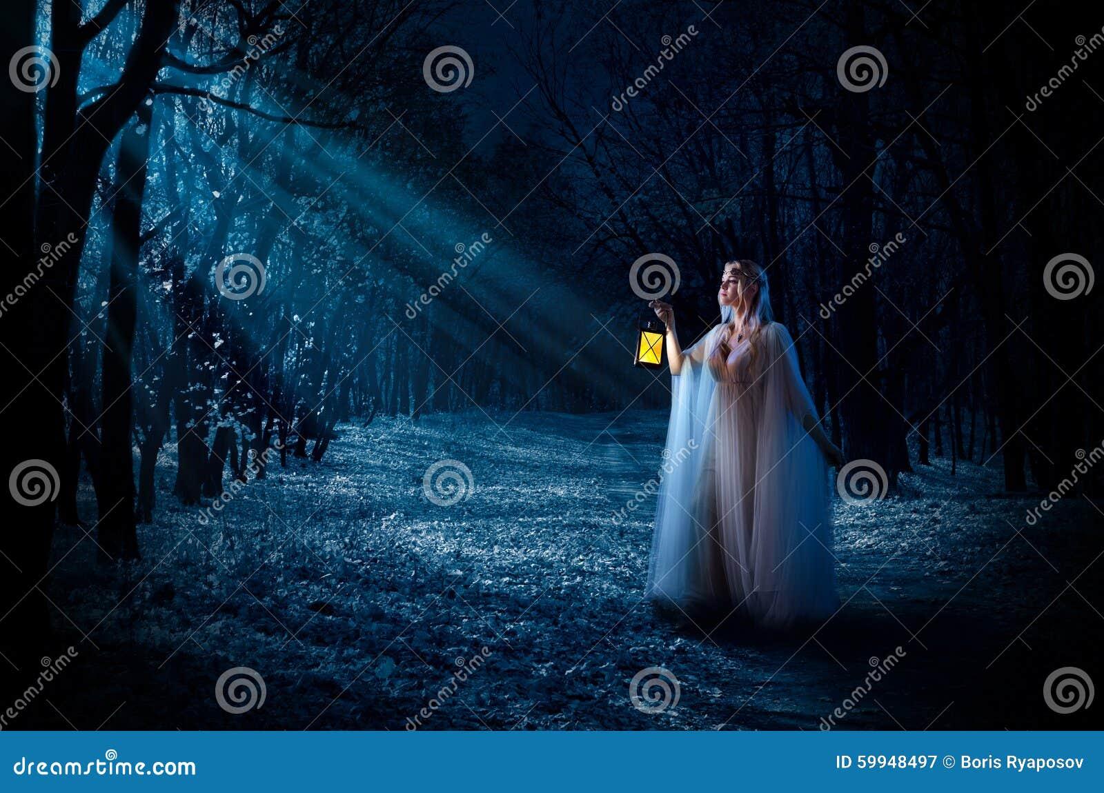 Κορίτσι Elven με το δάσος φαναριών τη νύχτα