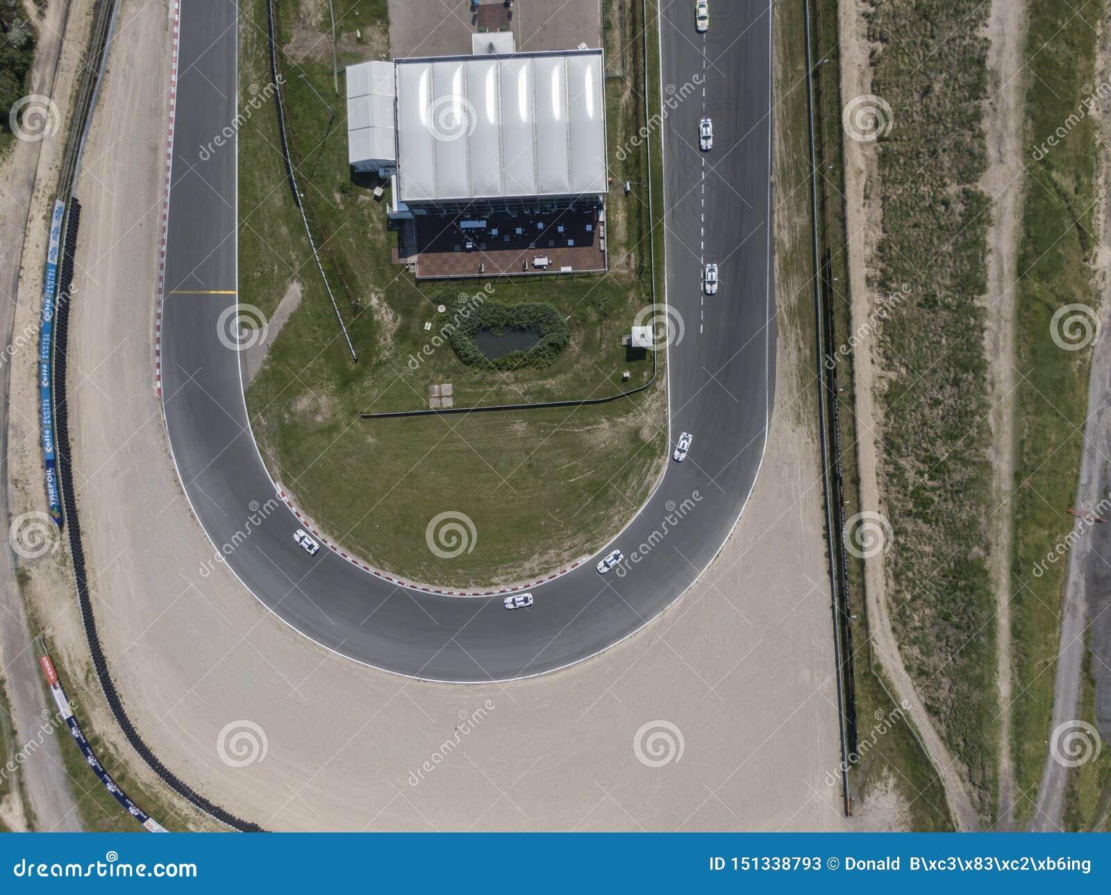 Κορυφή κάτω από την εναέρια άποψη της καμπύλης στο κύκλωμα διαδρομής αθλητικών φυλών μηχανών με την άκρη του δρόμου άμμου
