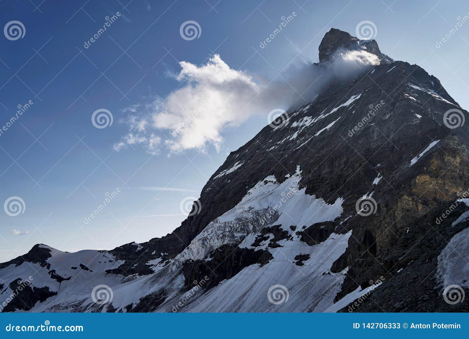 Κορυφή του βουνού matterhorn που καλύπτεται από τα σύννεφα