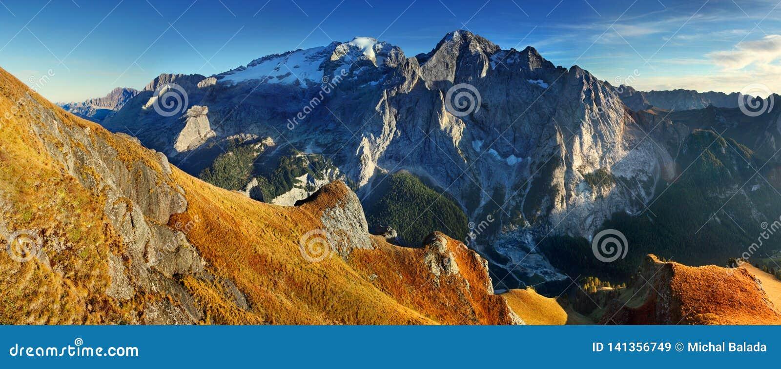 Κορυφογραμμή βουνών Marmolada Περιοχή Trentino Alto Adige, νότιο Τύρολο, Βένετο, Ιταλία Άλπεις δολομίτη, διάσημος προορισμός ταξι