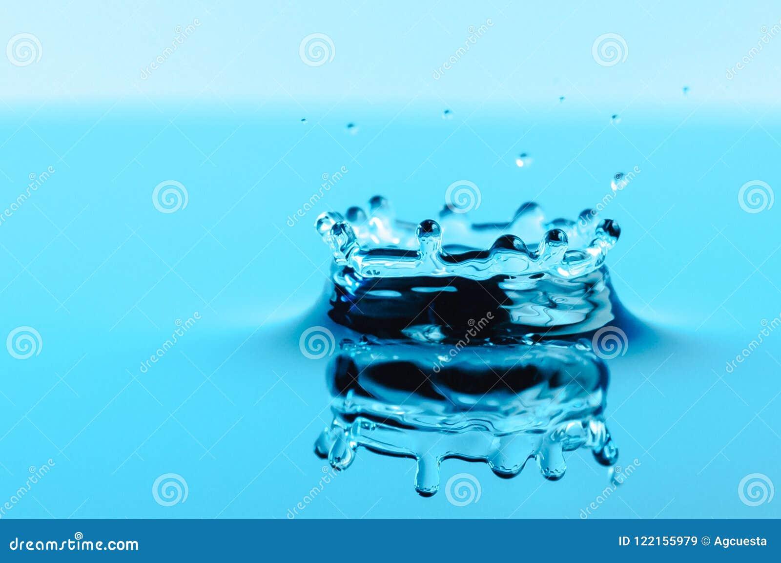 Κορώνα παφλασμών νερού μετά από μια μειωμένη πτώση