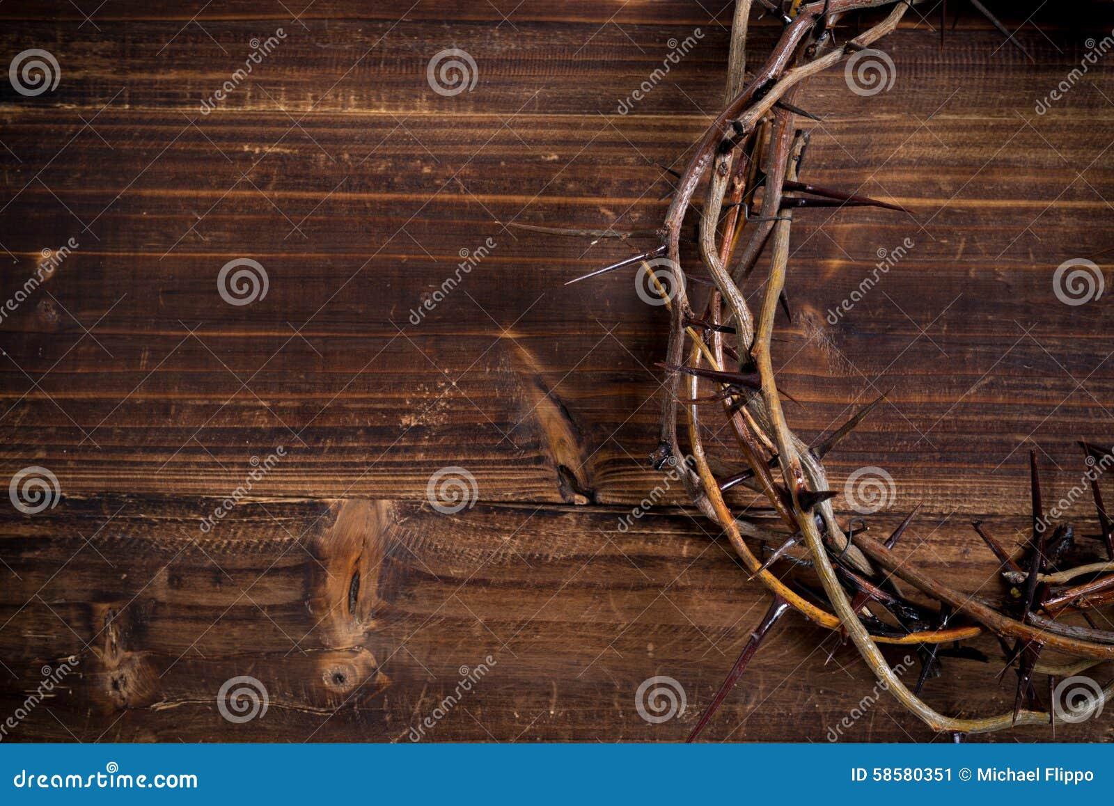 Κορώνα των αγκαθιών σε ένα ξύλινο υπόβαθρο - Πάσχα