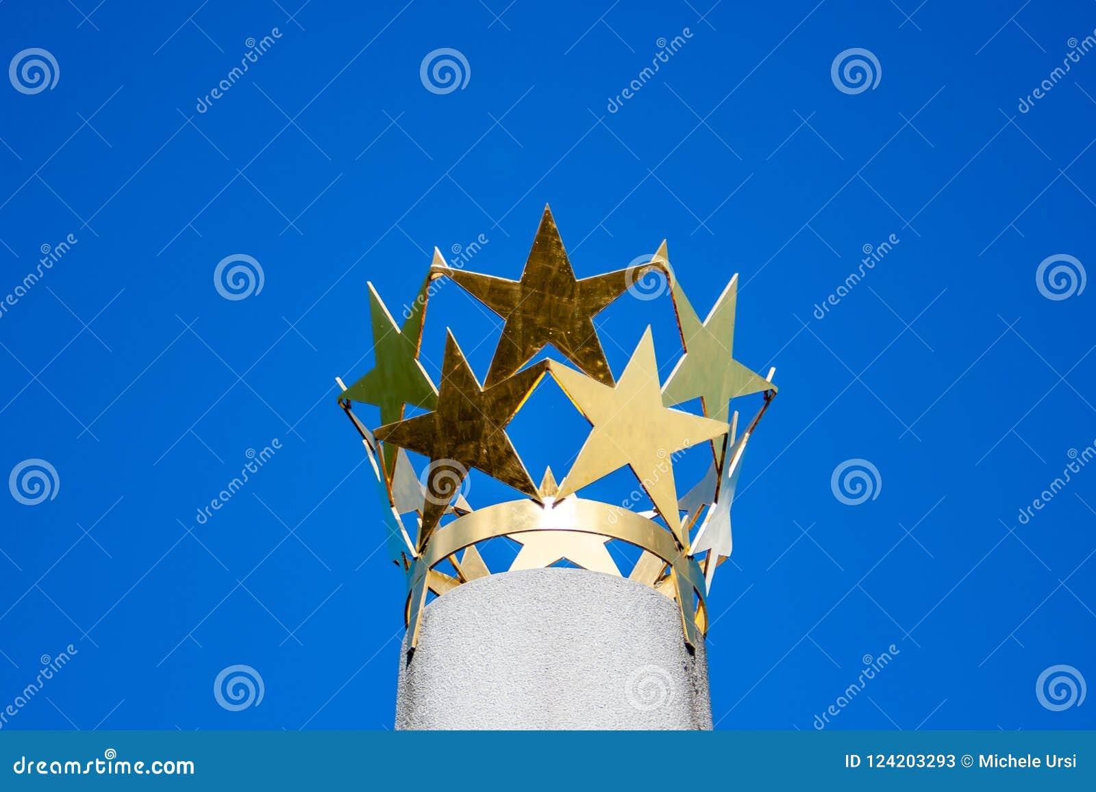 Κορώνα των χρυσών αστεριών σε μια στήλη